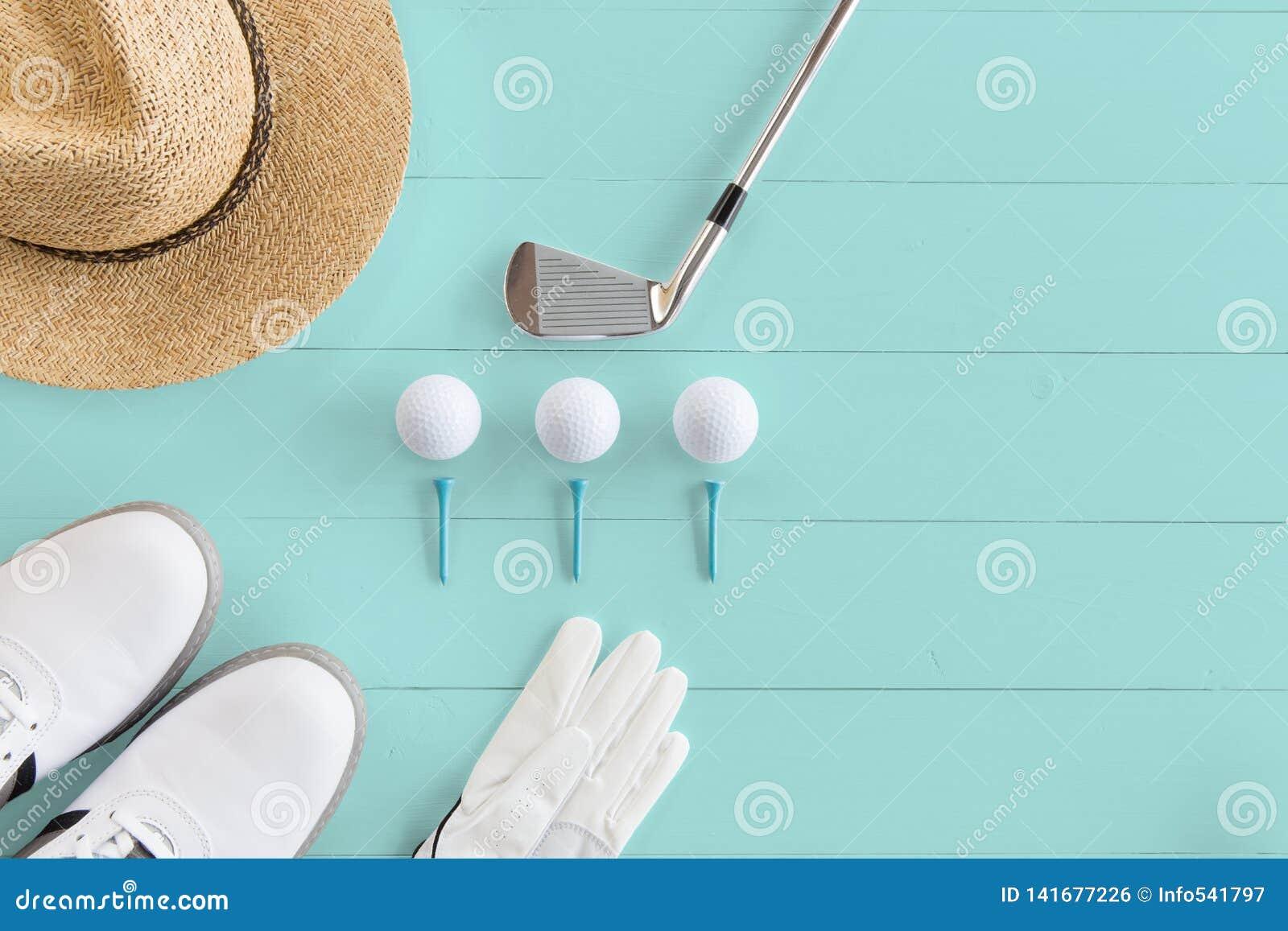 Kij golfowy, piłki golfowe, golfów buty i trójniki na drewnianej powierzchni w turkusie, odgórny widok, kopii przestrzeń