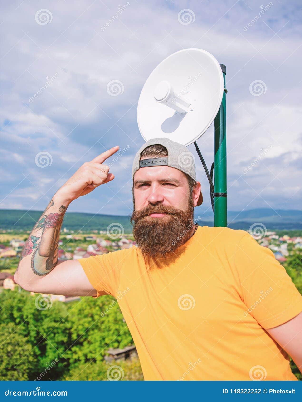 Kijk daarginds Hipster die vinger benadrukken Brutale mens in toevallige manierstijl die iets voorstellen Mens met lang