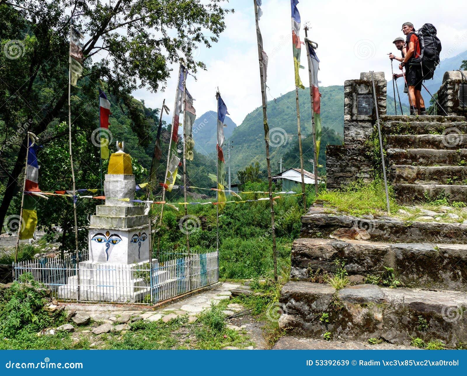 Kijkend aan Stupa in Ngadi-dorp, Nepal - Annapurna-trekking