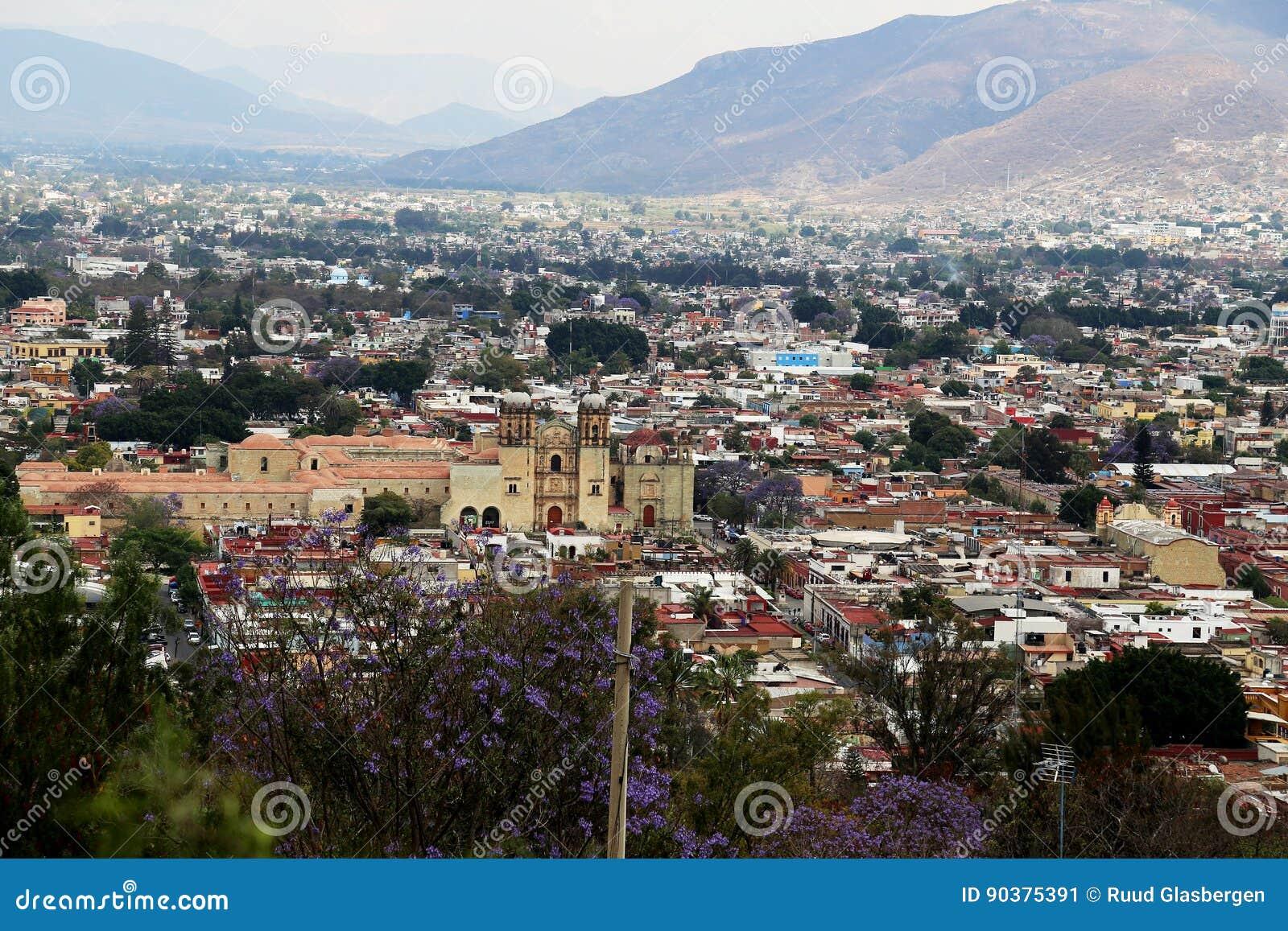Kijkend over Oaxaca-stad, Mexico