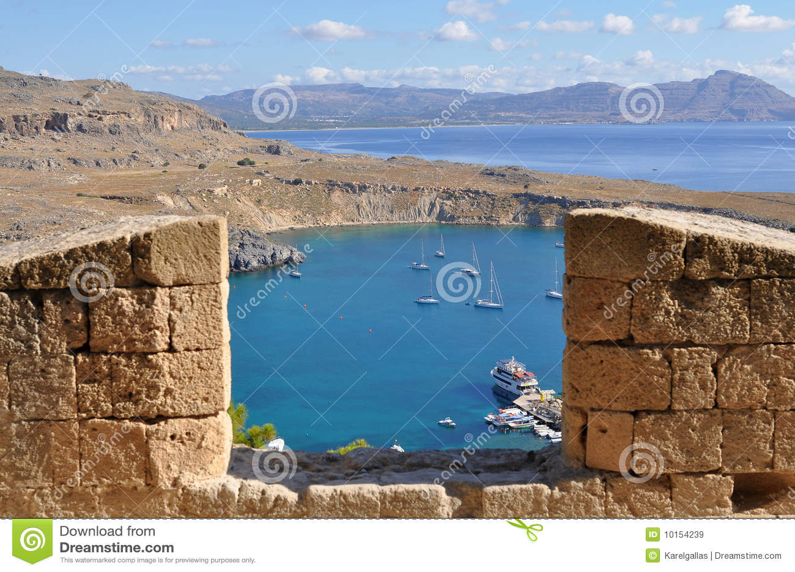 Kijkend van Akropolis Lindos over haven Rhodos,