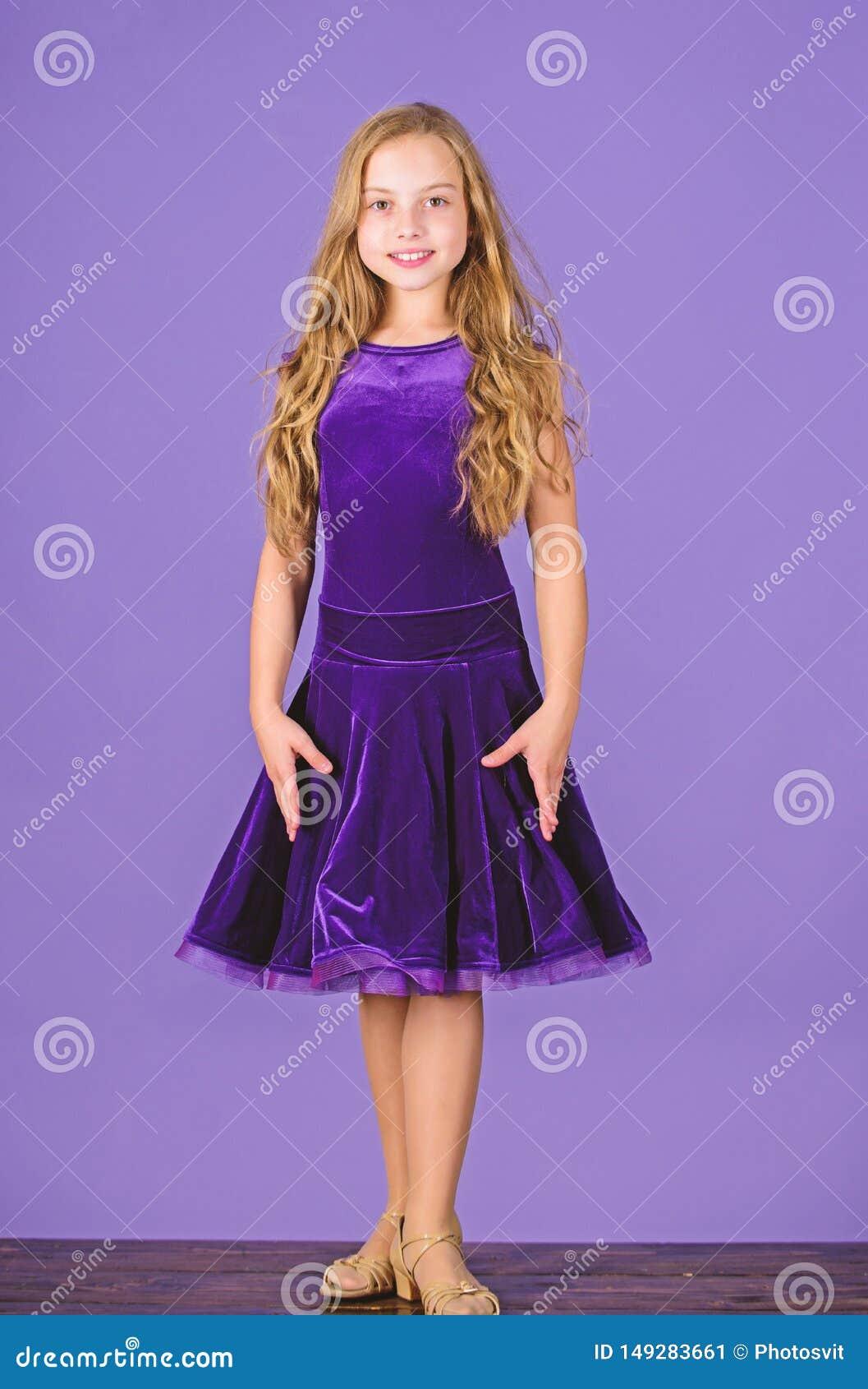 Kijkt de jong geitje modieuze kleding aanbiddelijk Concept van de balzaal het dancewear manier Jong geitjedanser tevreden met ove