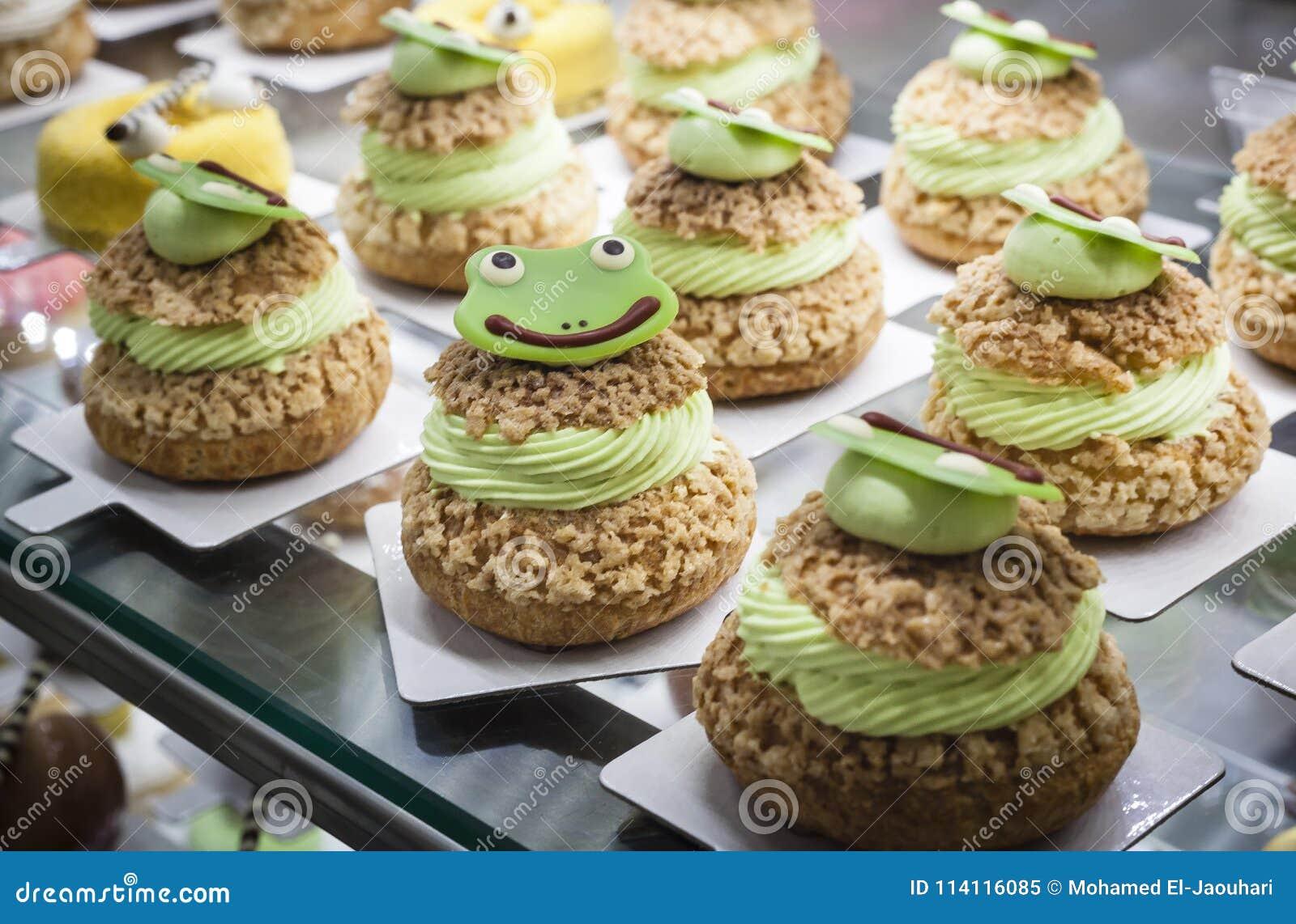 Kikker onder ogen gezien cakes op een vertoning