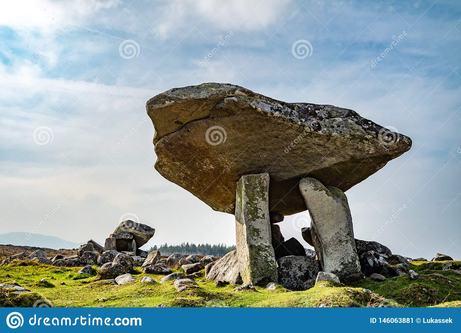Kilclooney dolmen jest neolityczny pomnikowy datowa? z powrotem 4000, 3000 mi?dzy Ardara i Portnoo w okr?gu administracyjnym Done
