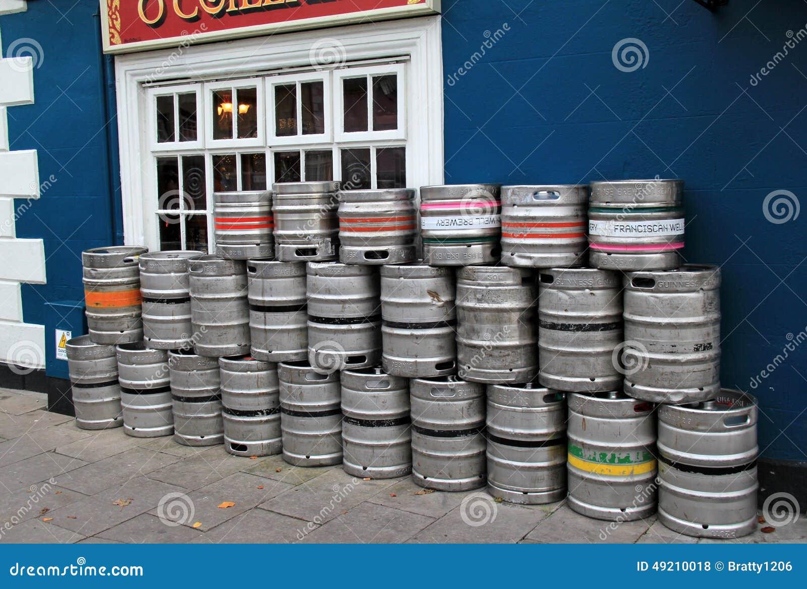 Kilka baryłki ustawiają outside popularnego pub, klepnięcia Collins bar, Adare, Irlandia, Październik, 2014