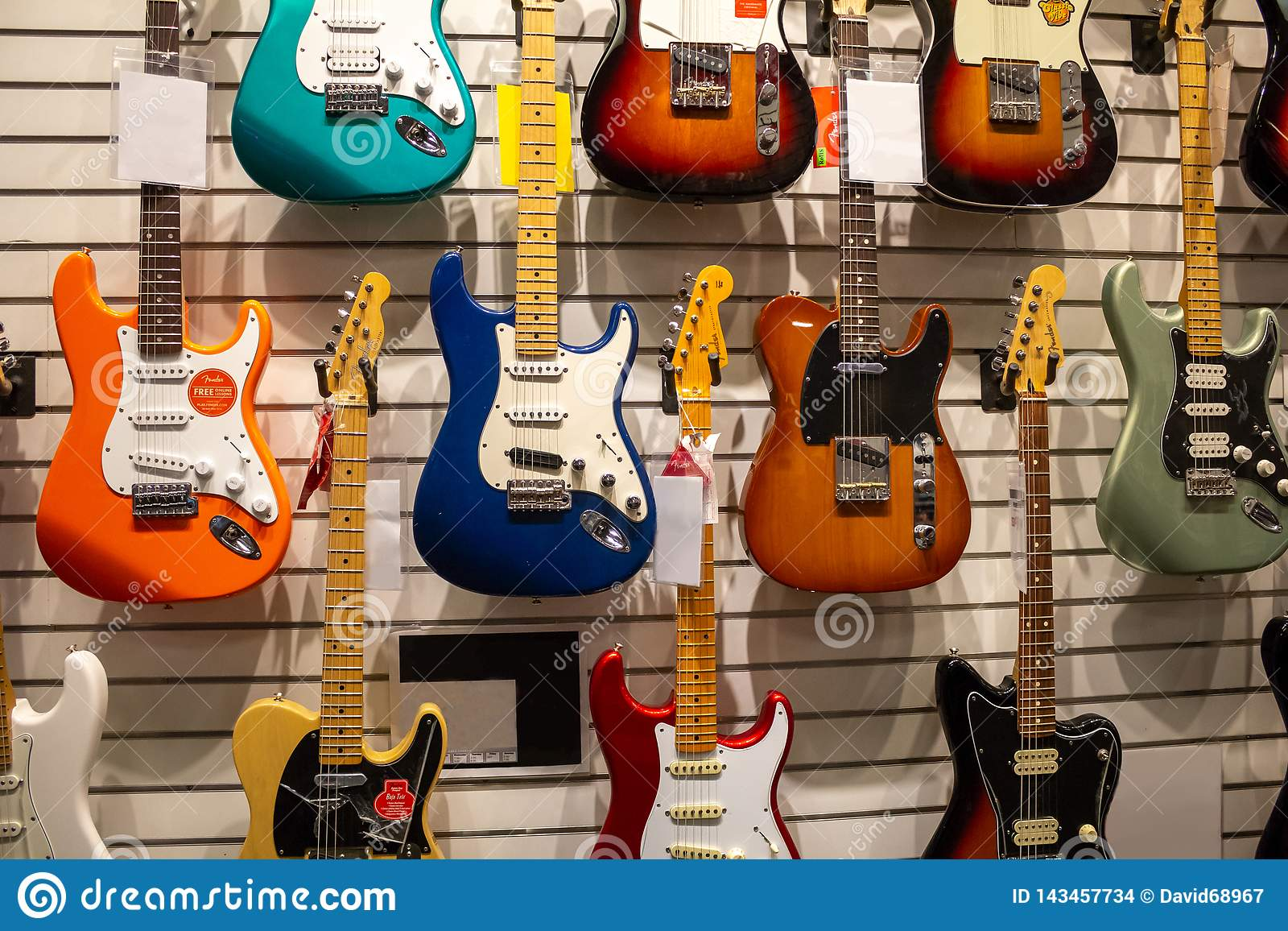Kilka gitary przy muzycznym sklepem