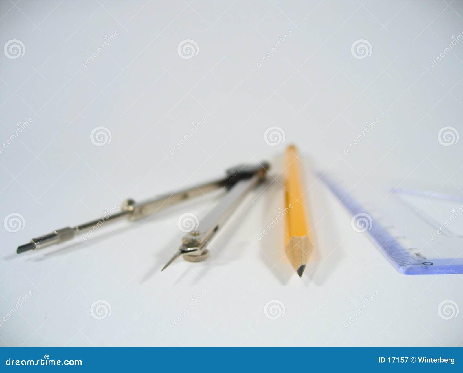 Kilka ołówka władca kompas.