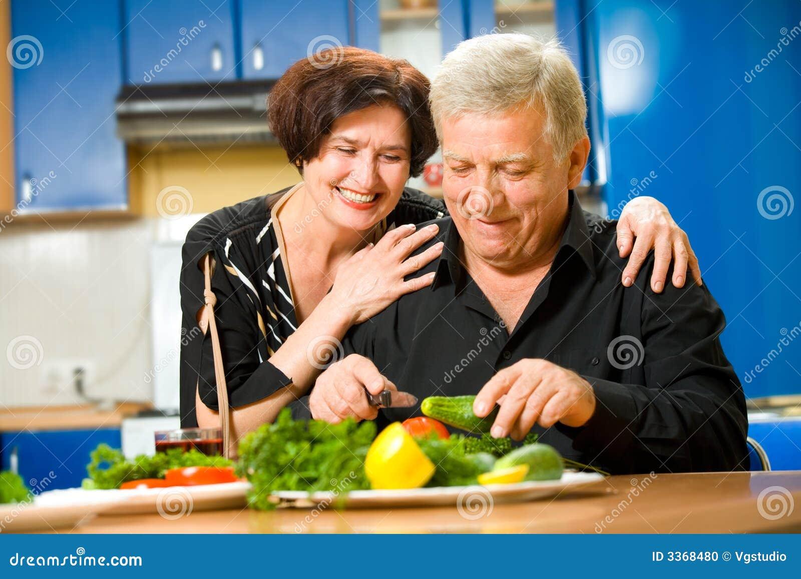 Kilka osób starszych kuchenne