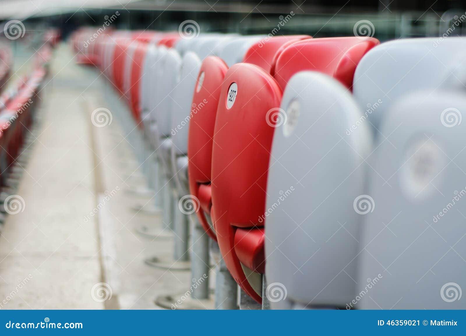 Kilka rzędy czerwoni i biali stadiów siedzenia