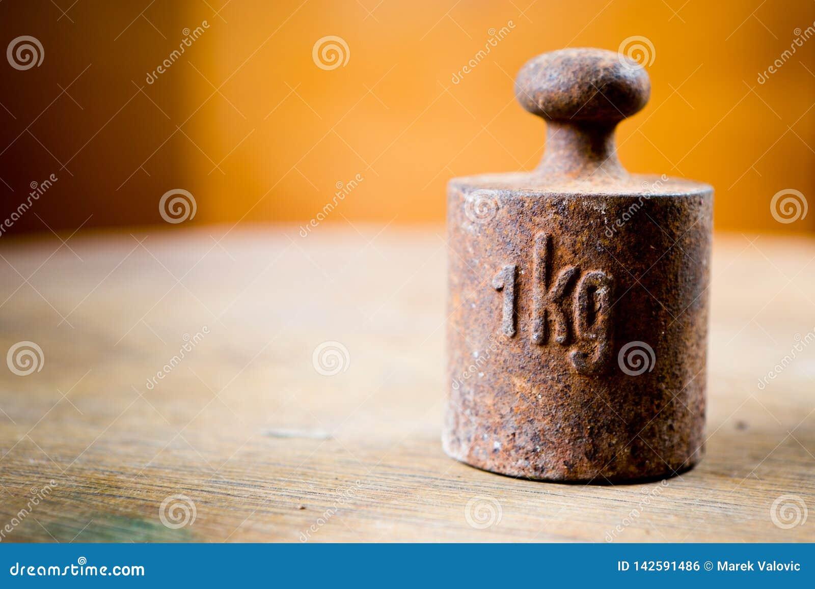 1 kilogramme de poids rouillé au foyer peu profond Morceau en acier de vieille mesure rouillée