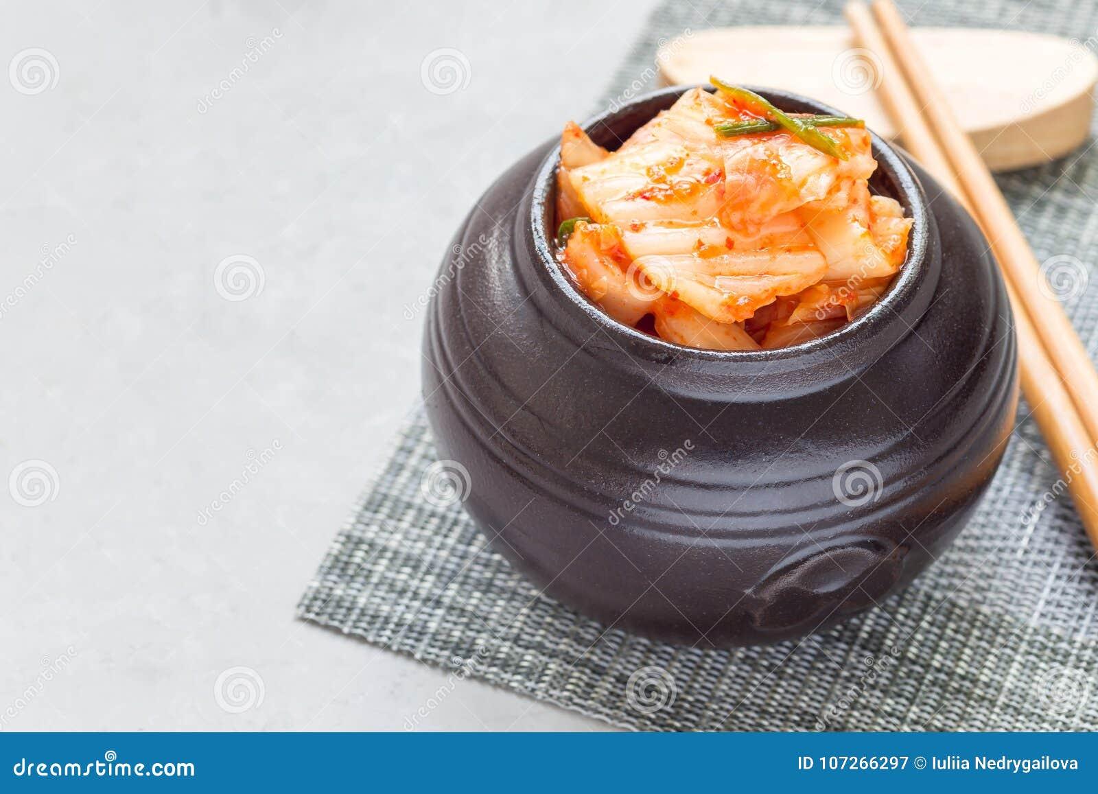 Kimchikool Koreaans voorgerecht in ceramische kruik, horizontaal, exemplaarruimte