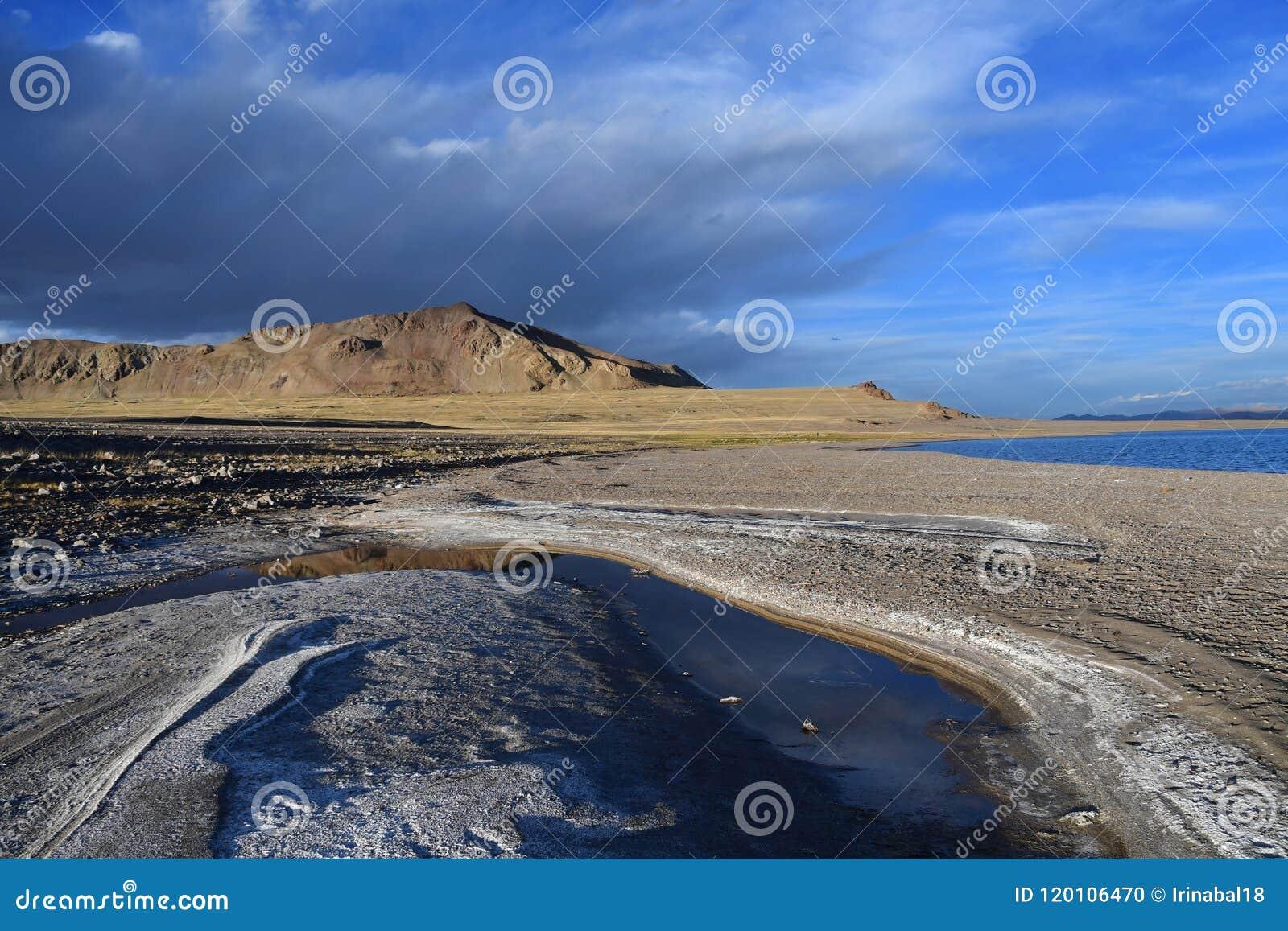 Kina Great Lakes av Tibet Sjö Teri Tashi Namtso i sommarafton under en molnig himmel