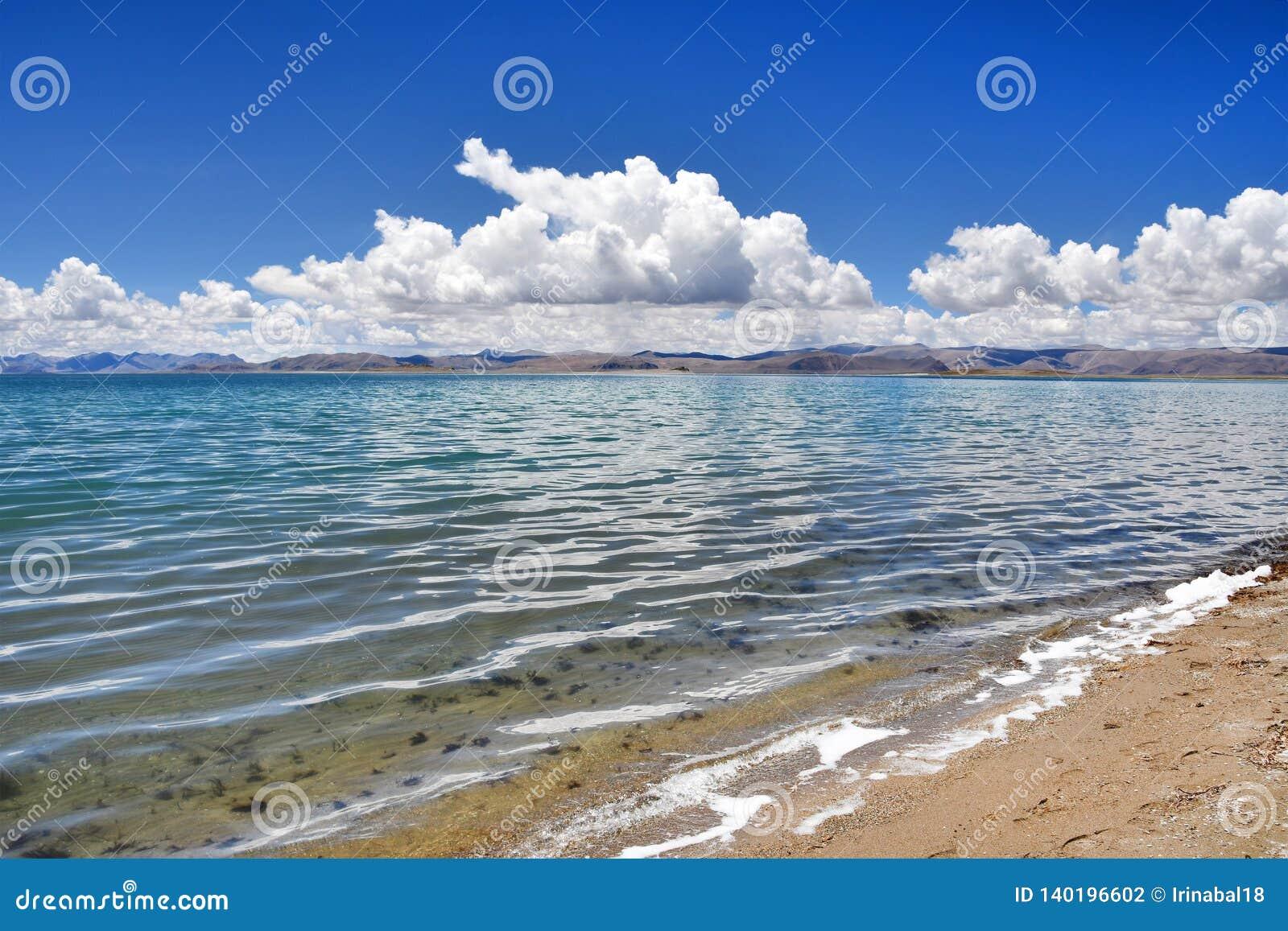 Kina Great Lakes av Tibet Små vågor på sjön Teri Tashi Namtso i soligt sommarväder