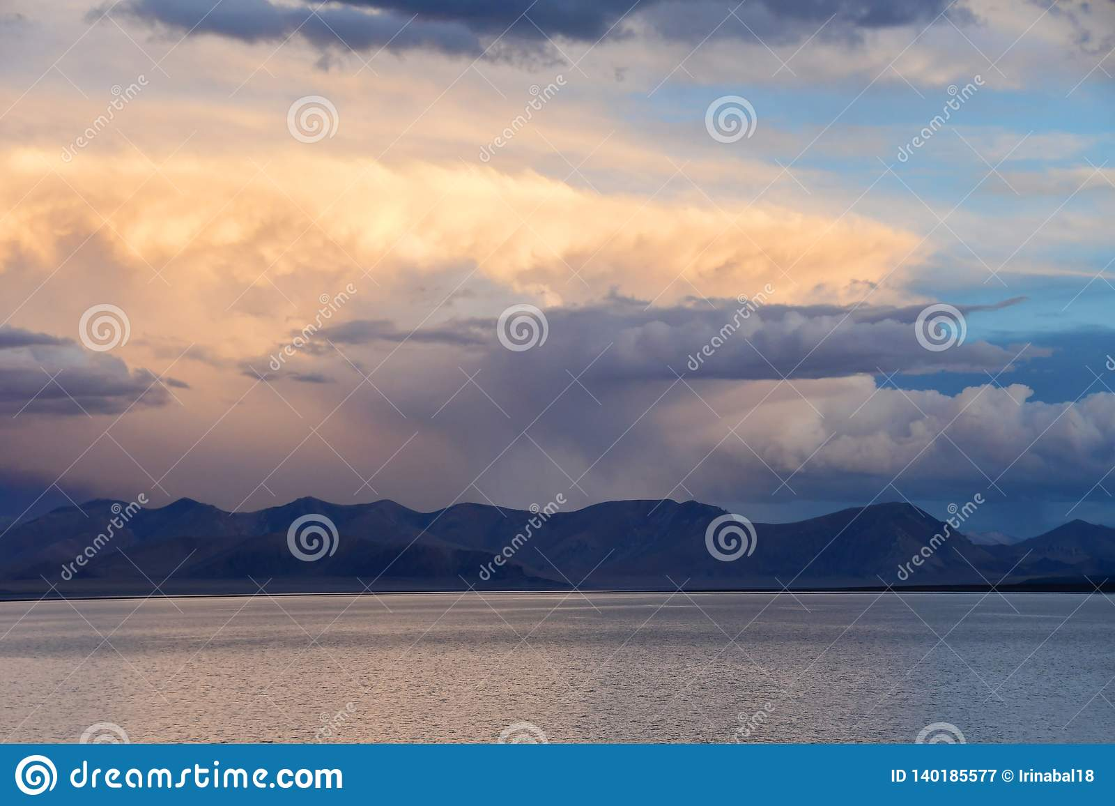 Kina Great Lakes av Tibet Stora moln över sjön Teri Tashi Namtso på solnedgången