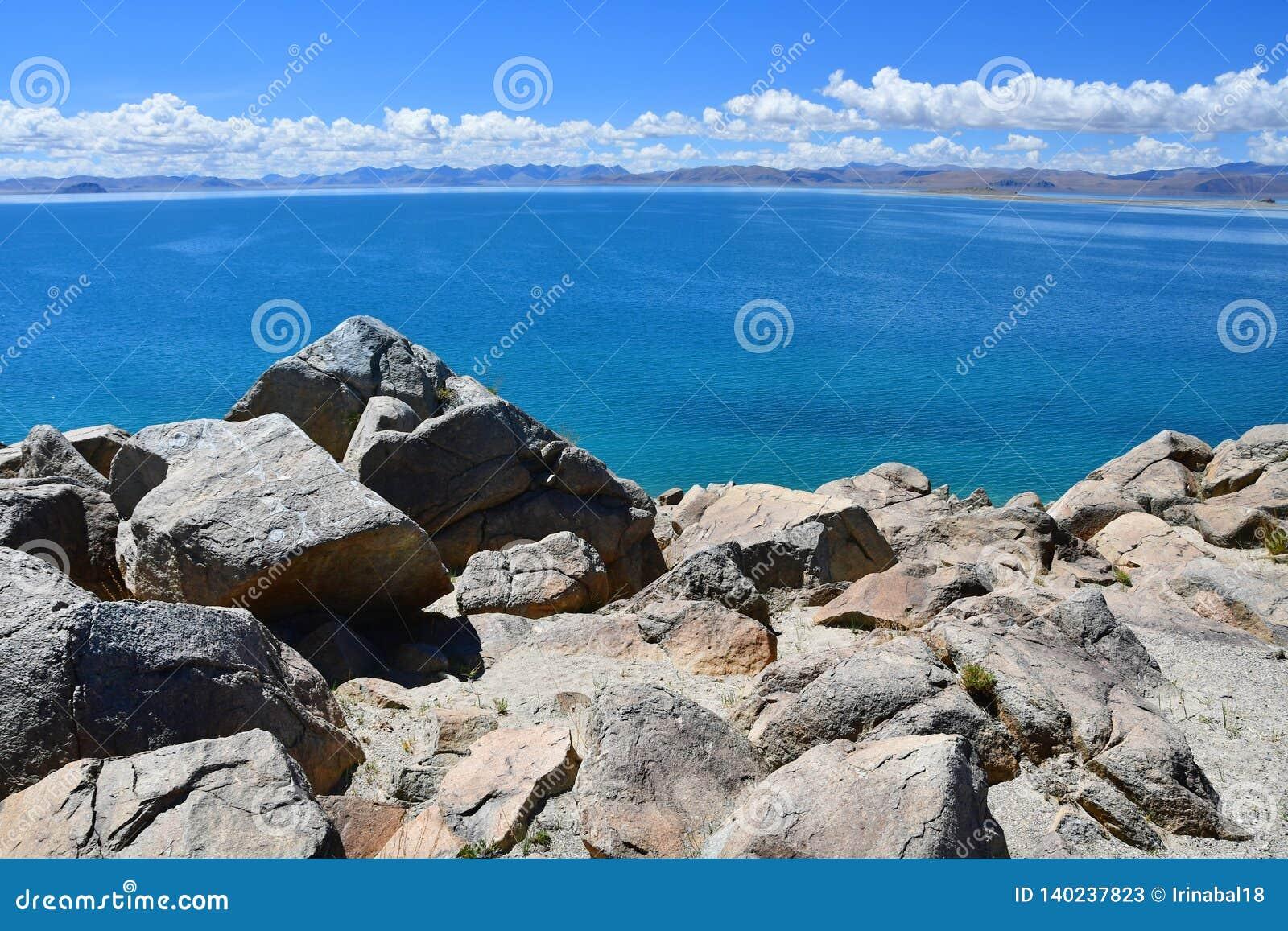Kina Great Lakes av Tibet Stora stenar av lagret av sjön Teri Tashi Namtso i juni