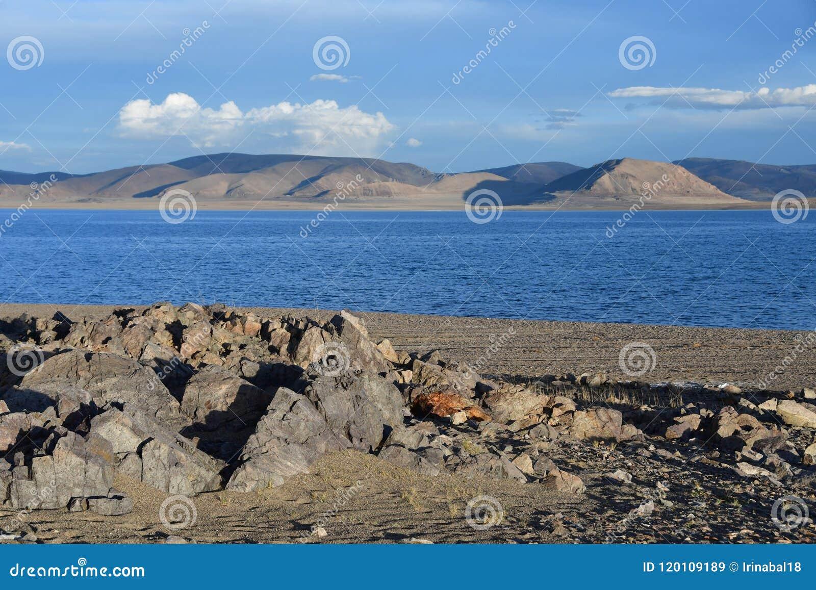 Kina Great Lakes av Tibet Stort moln över sjön Teri Tashi Namtso i inställningssolen i sommar