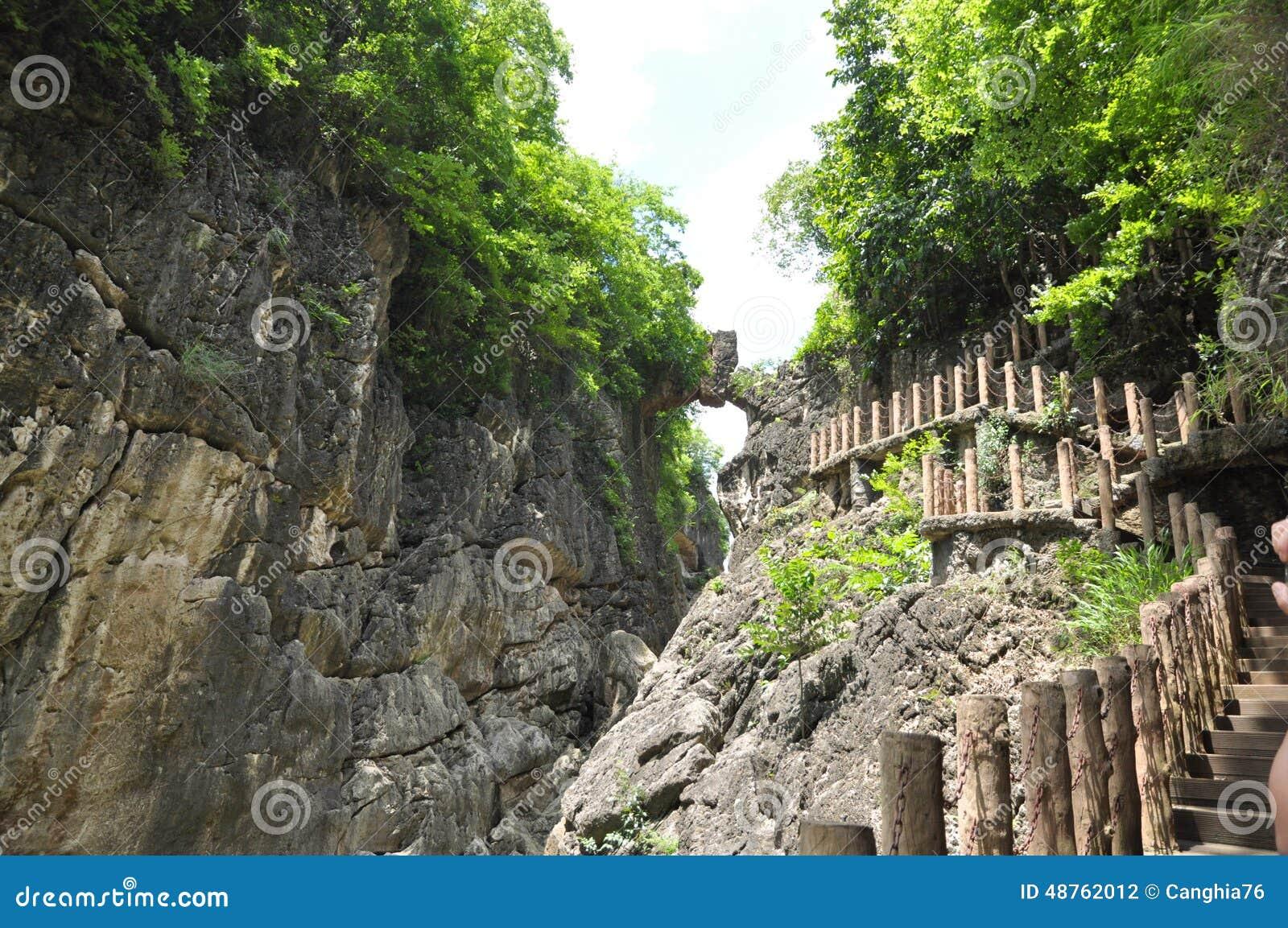 Kina guizhou anshun, landskap för sceniskt område för vattenfall för huangguoshu för stjärnafärjabro naturligt