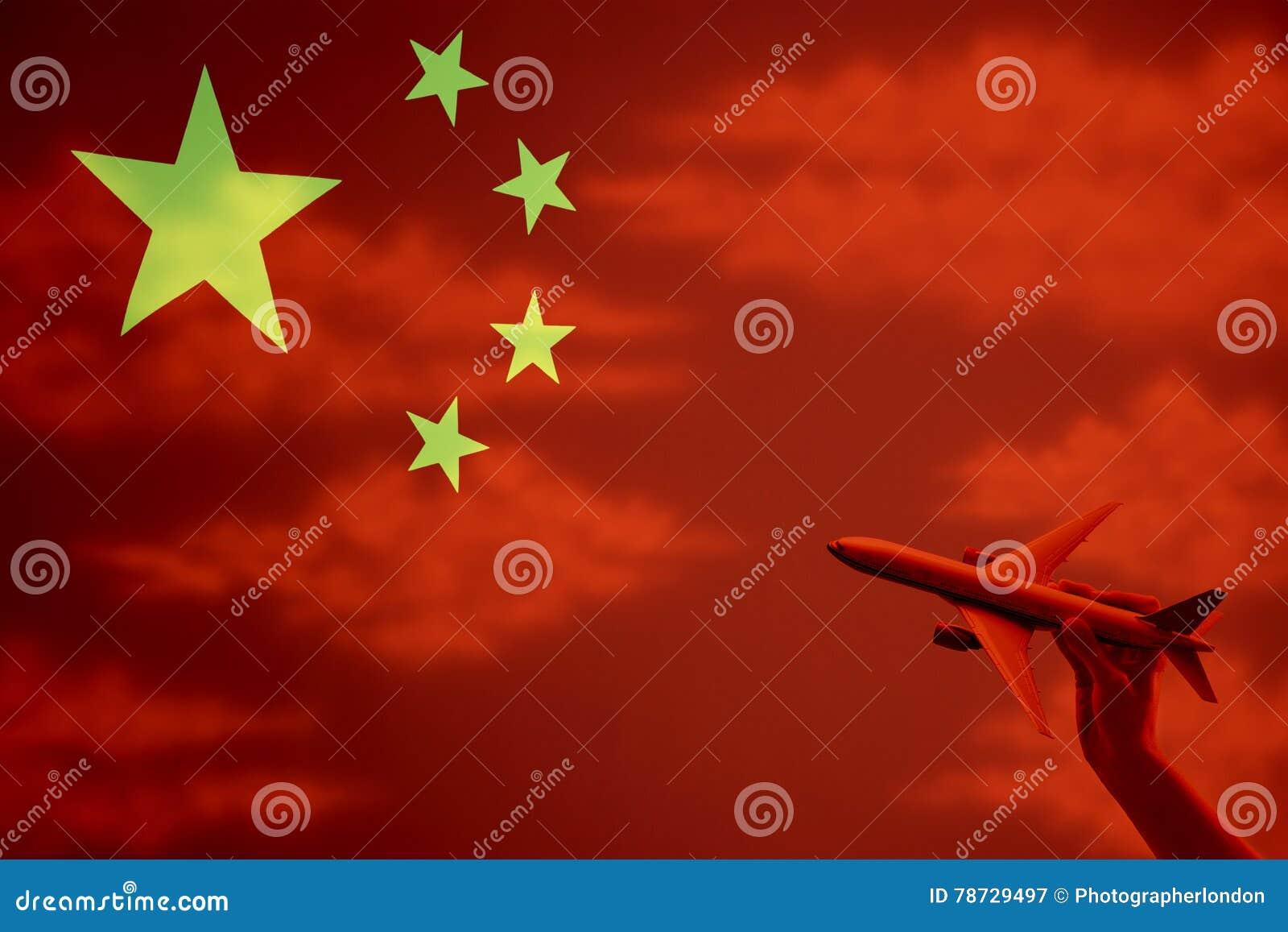 Kina och för person hållande leksakflygplan