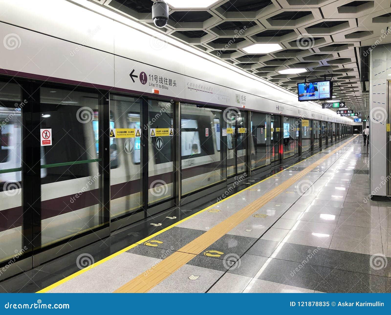 KINA SHENZHEN - 18 MAJ, 2018 Tunnelbanaflygplats