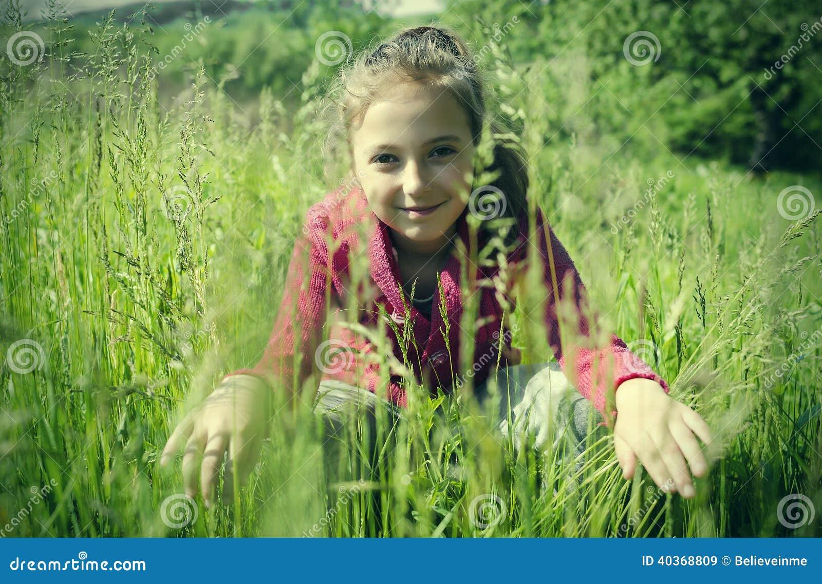 Kind auf dem Gras