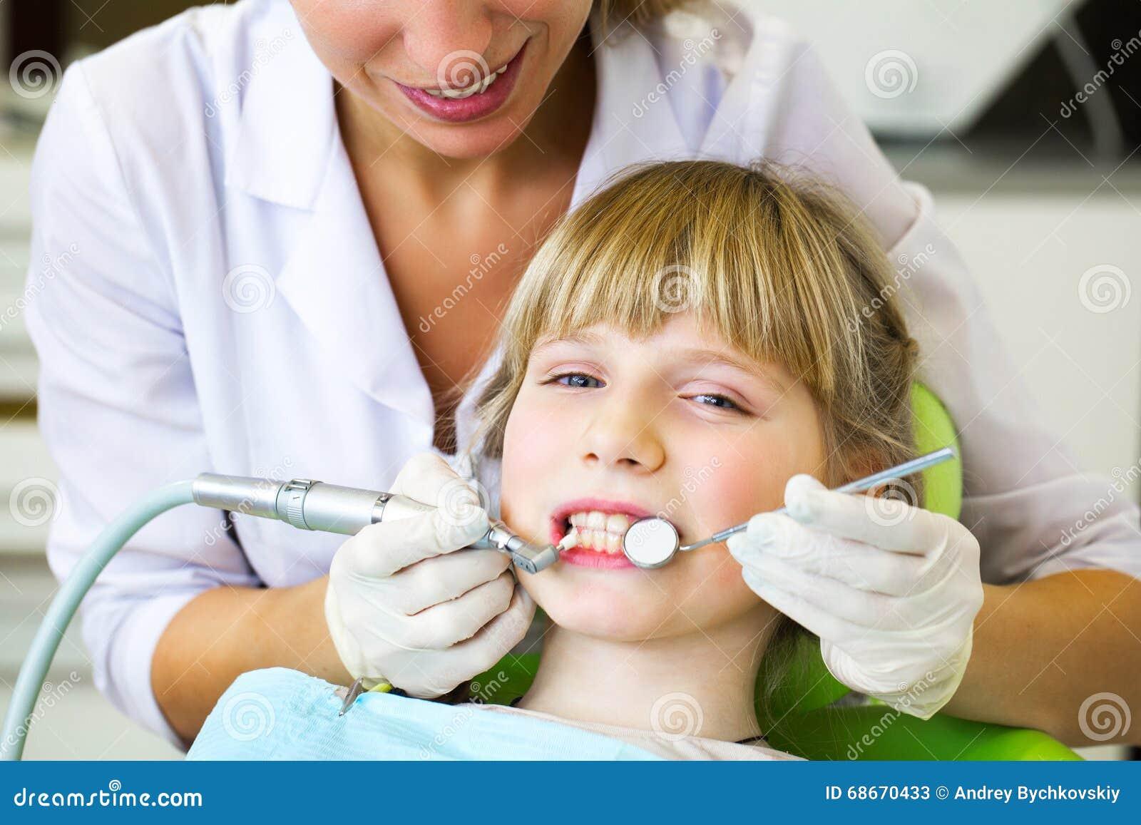 Kind bei Empfang an der Zahnarztaufnahme am dentistClose herauf Porträt eines kleinen lächelnden Mädchens am Zahnarzt