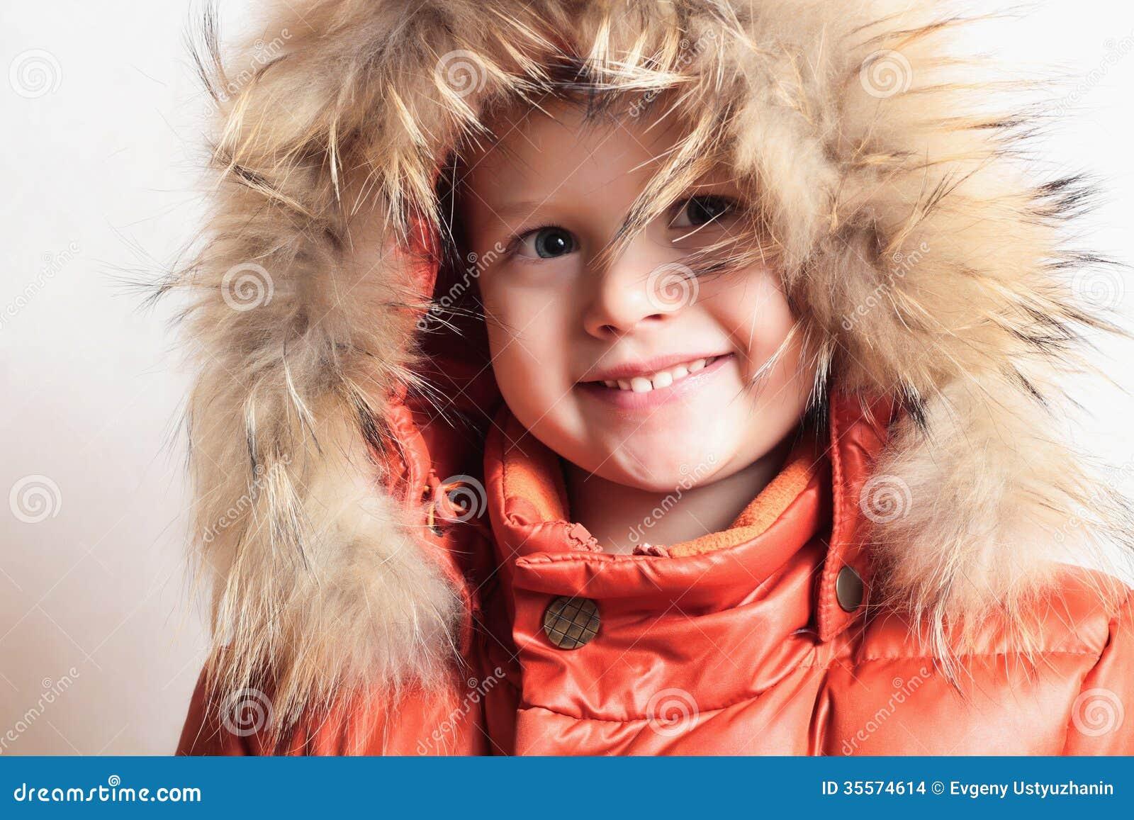 Kind in bontkap en oranje de winterjasje. manier kid.children.close-omhoog