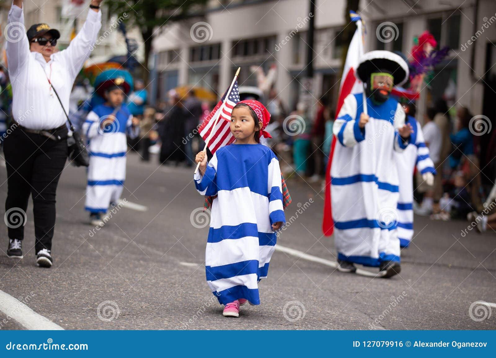 Kind, das amerikanische Flagge hält