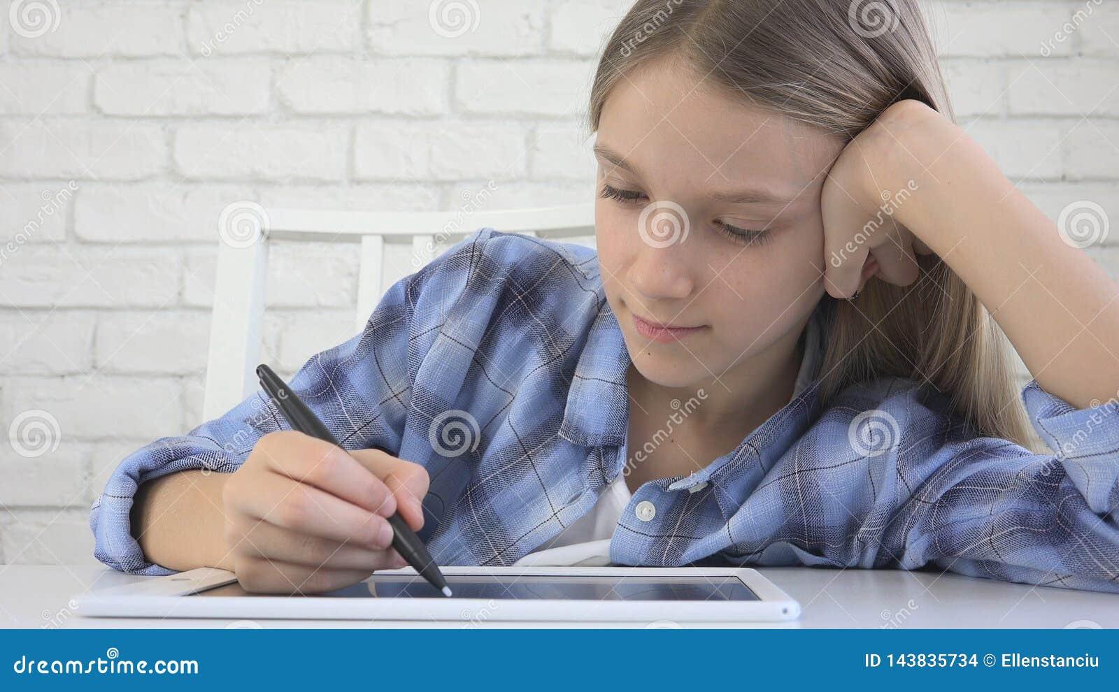 Kind, das auf Tablet, M?dchen schreibt in die Schulklasse, lernend studiert, Hausarbeit tuend