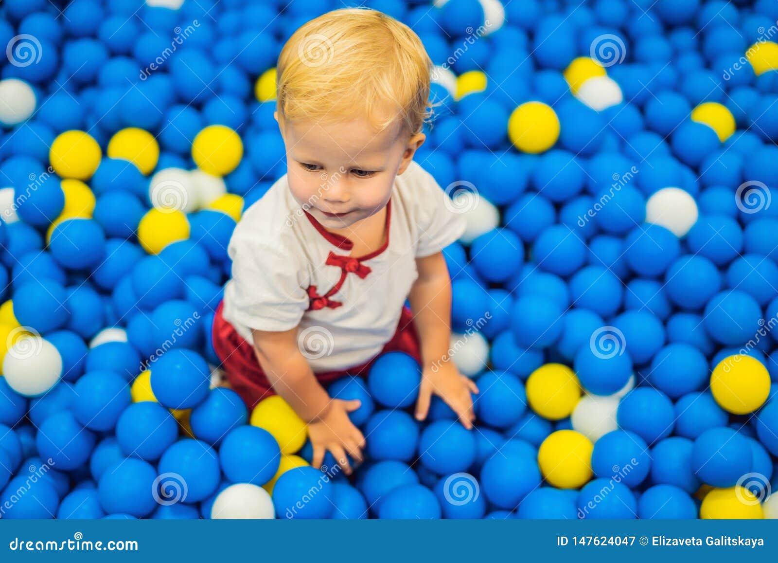 Kind, das in der Ballgrube spielt Bunte Spielwaren f?r Kinder Kindergarten oder Vorschule- Spielraum Kleinkindkind an der Tagesbe