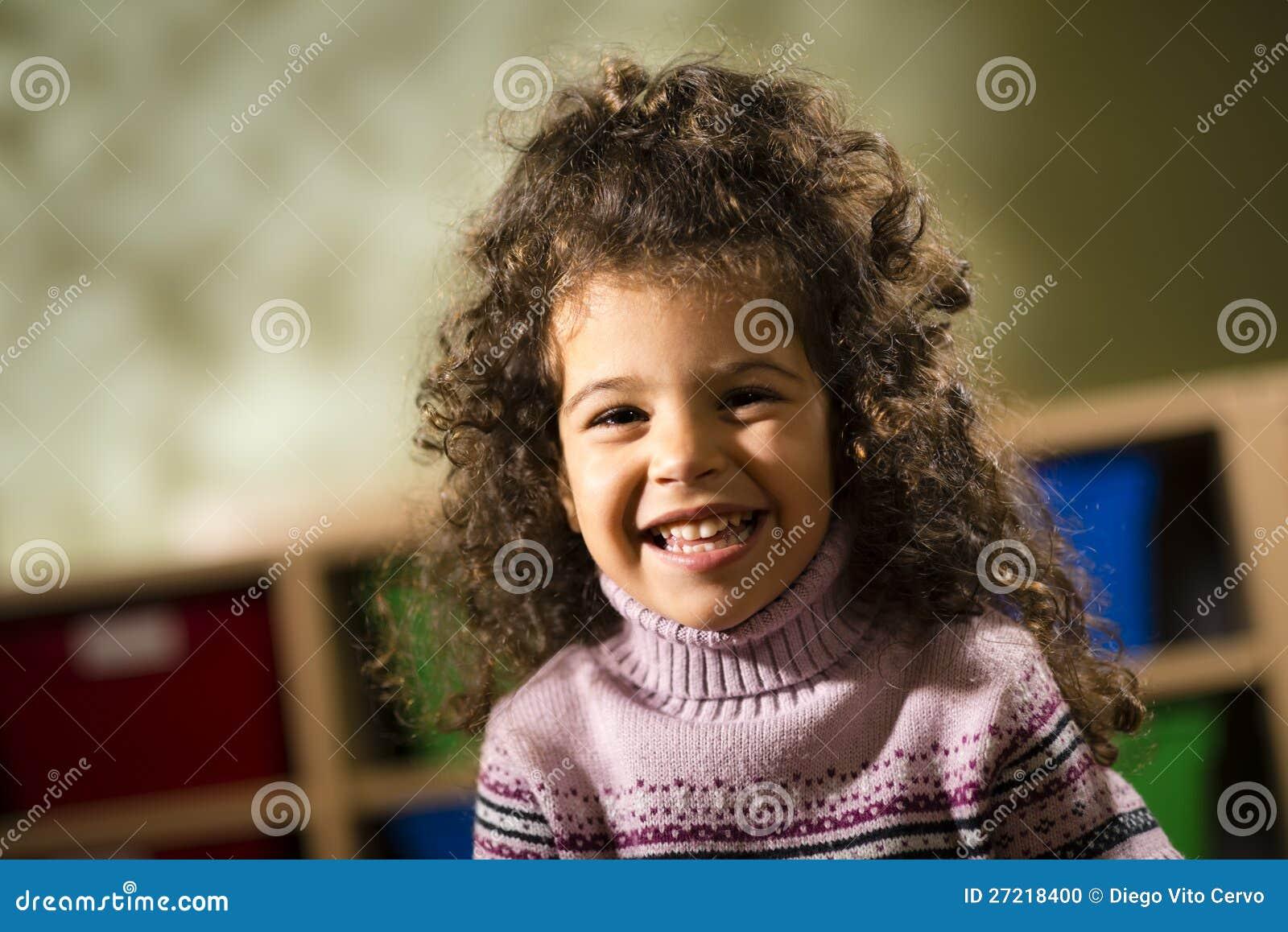 Kind das an der kamera im kindergarten lächelt stockfoto bild