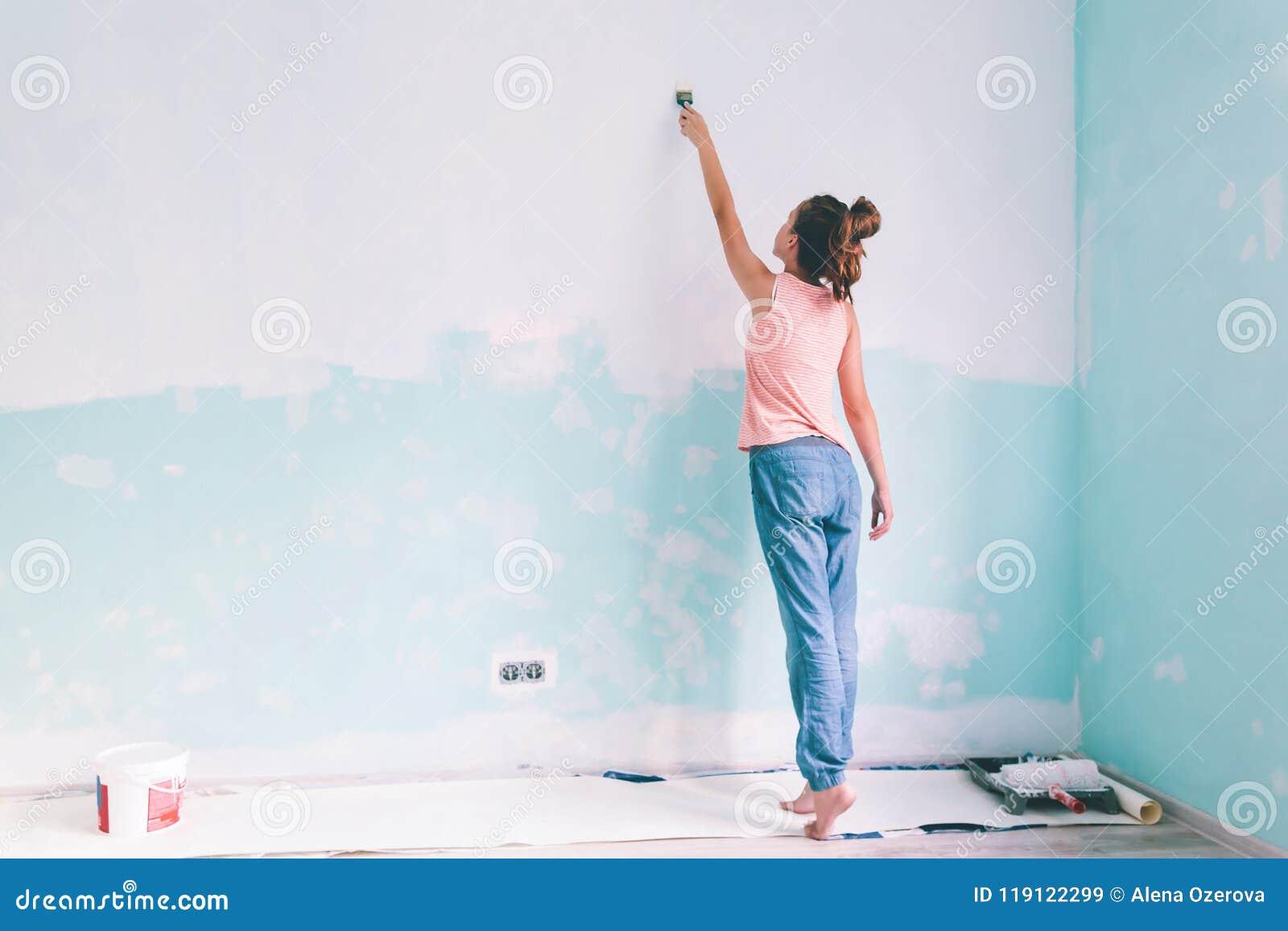 Kind Das Eine Wand Im Raum Malt Stockbild Bild Von Wand Aufbau