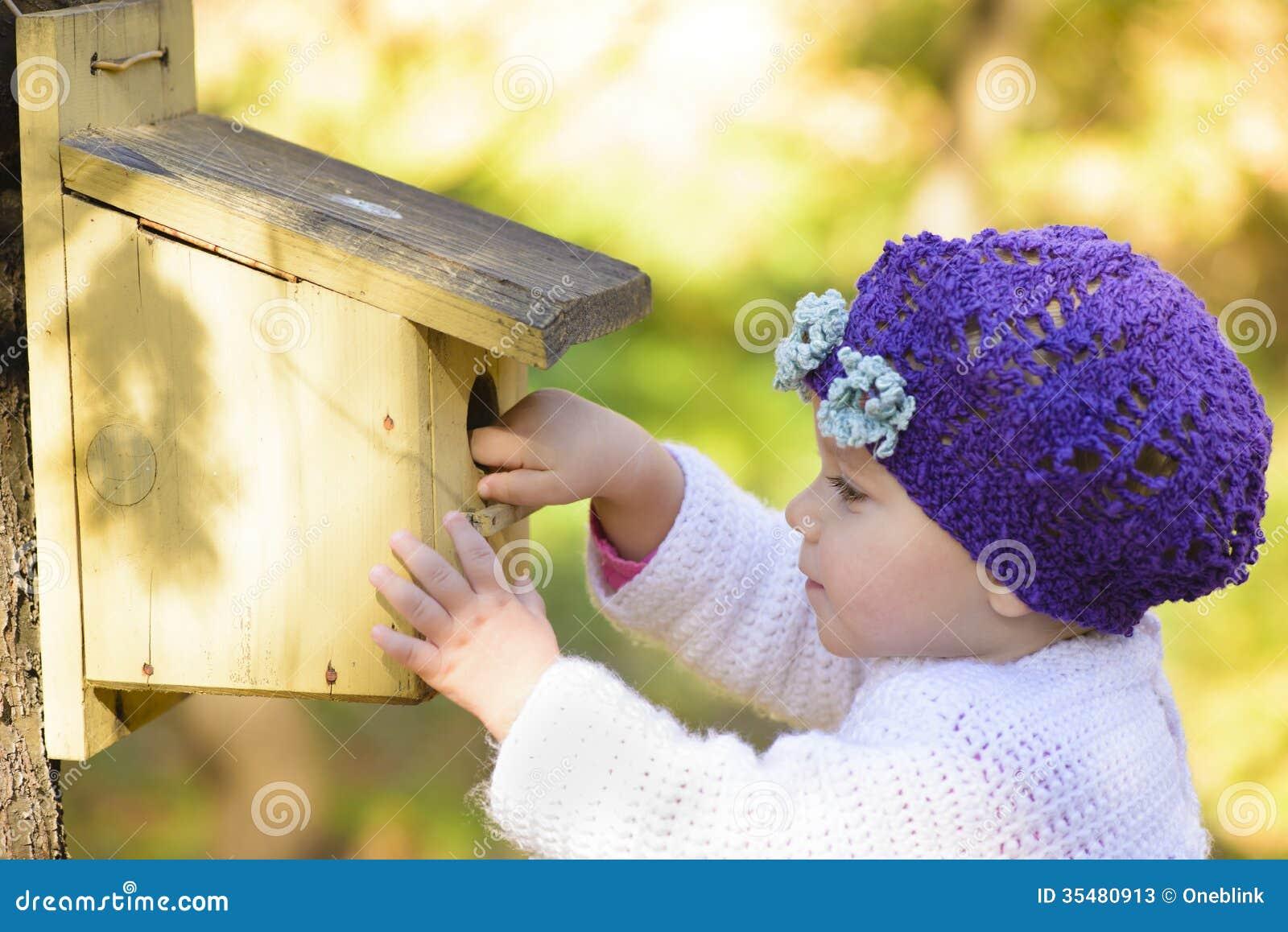 kind das einem vogel haus neugierig betrachtet stockbild bild 35480913. Black Bedroom Furniture Sets. Home Design Ideas