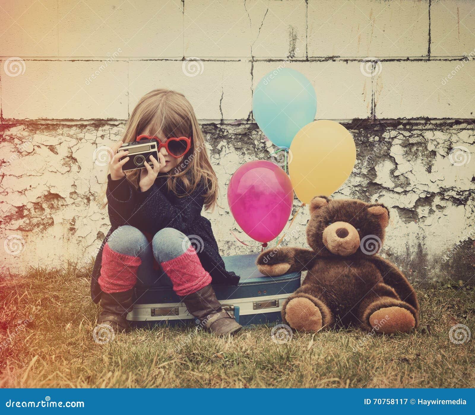 Kind, das Foto mit Weinlese-Kamera macht