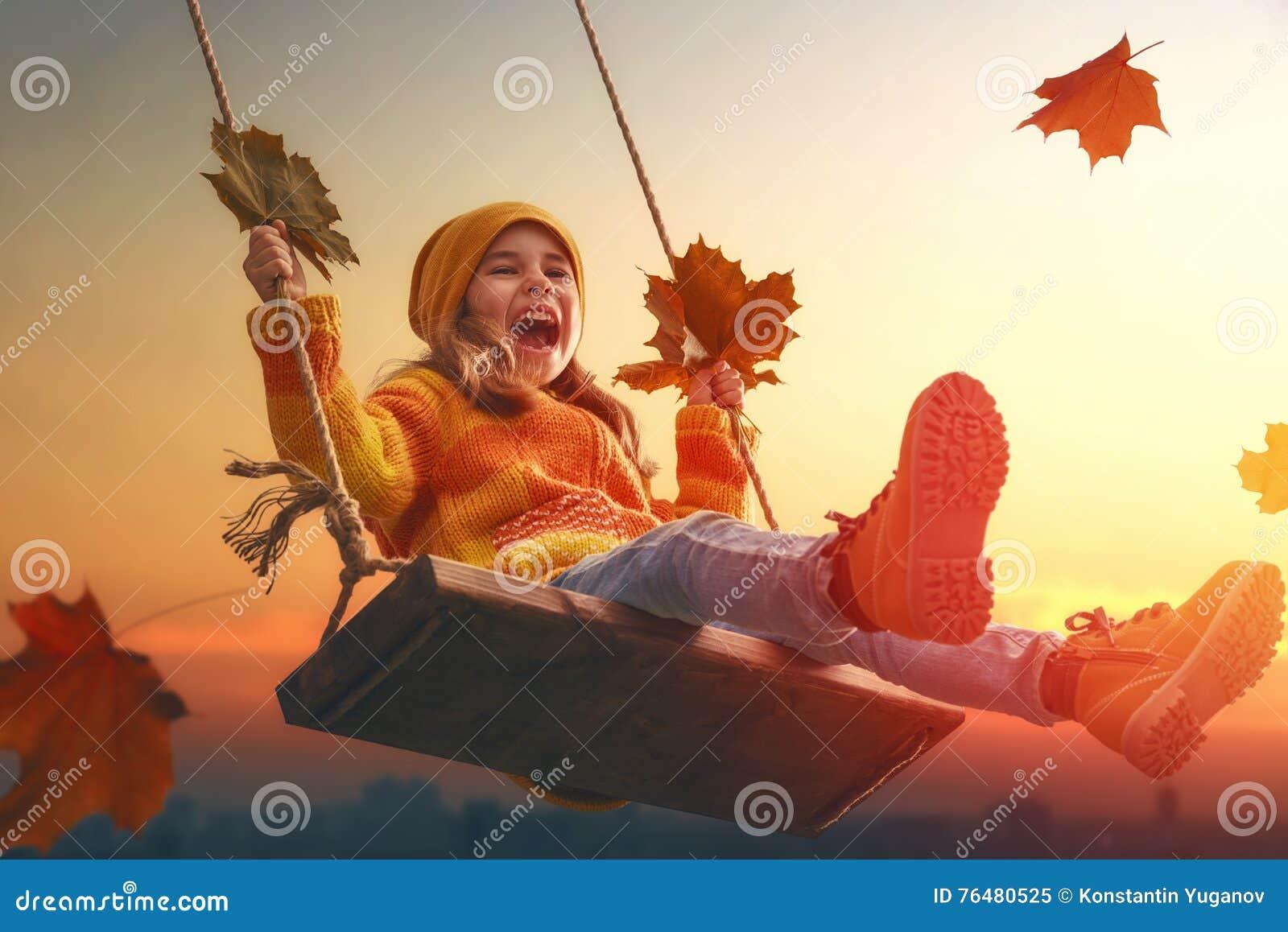 Kind, das im Herbst spielt
