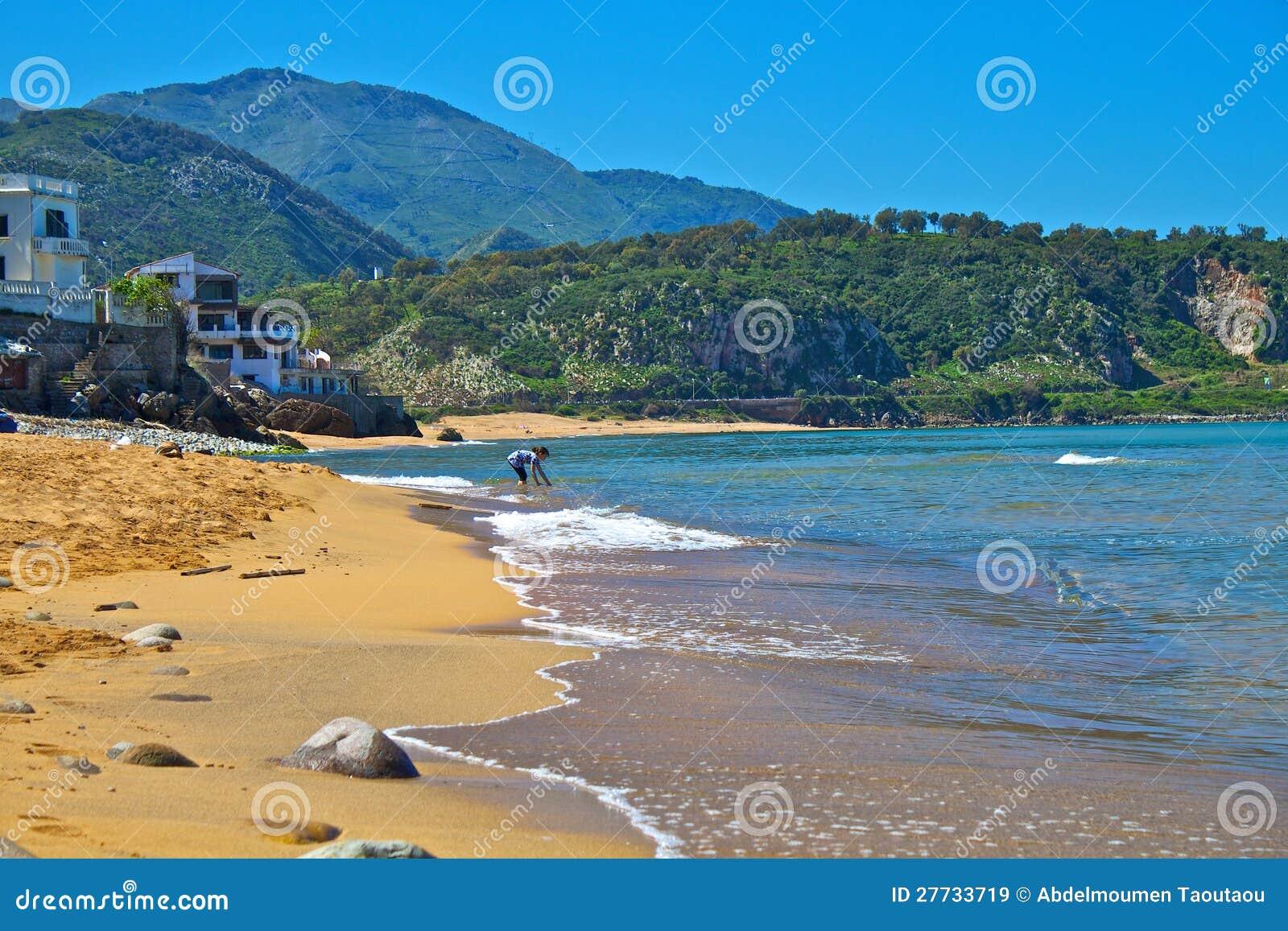 Kind, das im Strand spielt