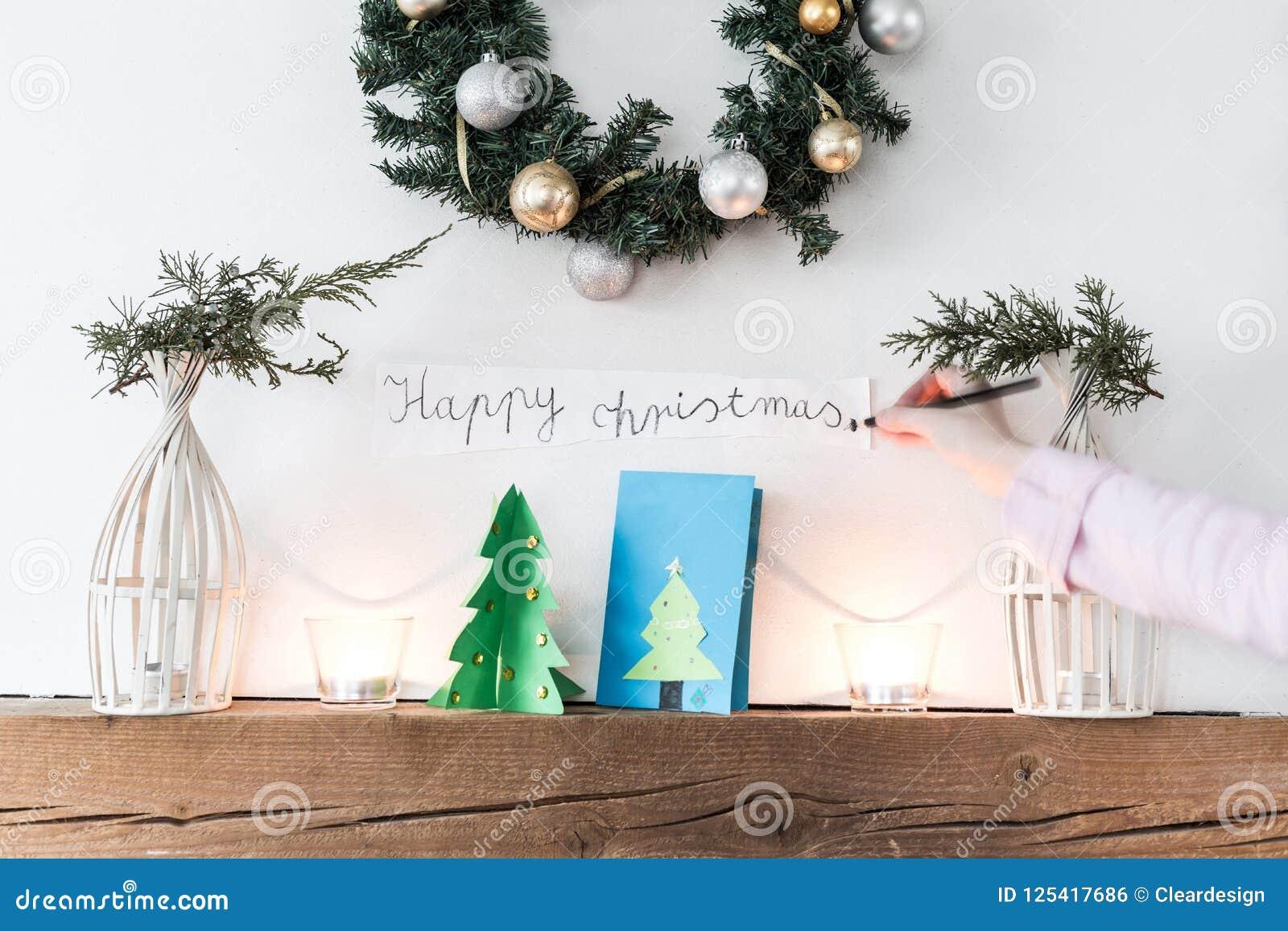 Kind, Das Kamin Mit ` Glückliches Weihnachten-` Zeichen Verziert ...