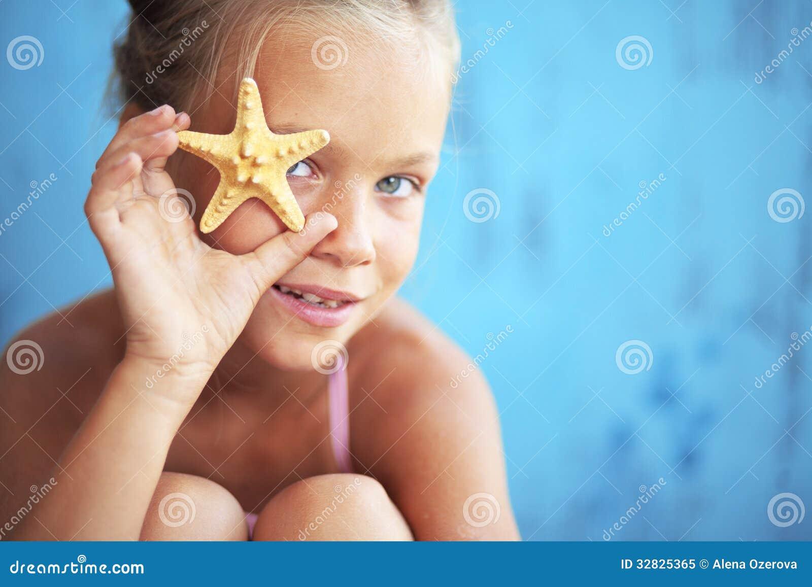 Kind, das Muschel hält