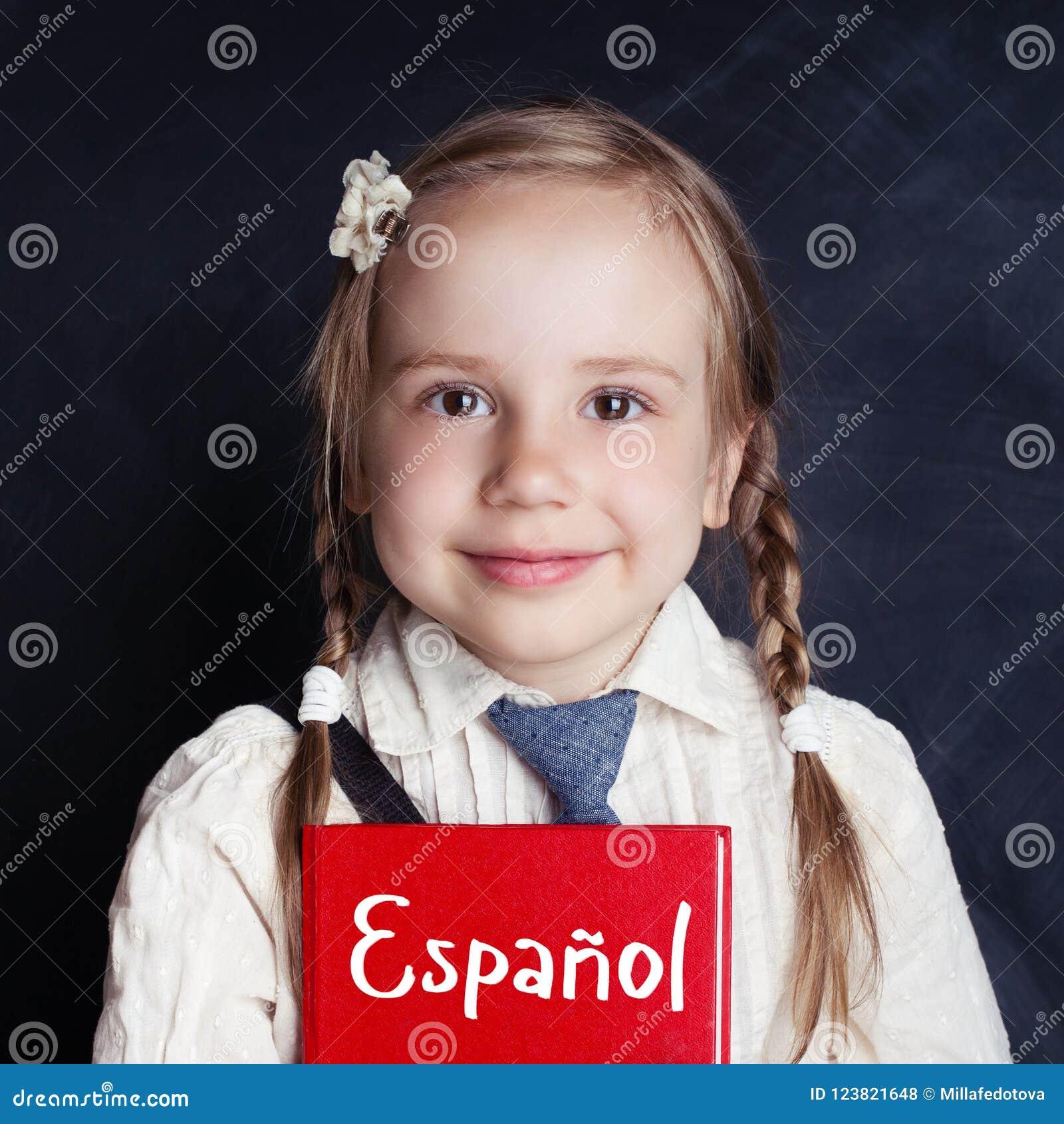 Kind, das Spanisch in der Sprachschule lernt Glückliches kleines Mädchen