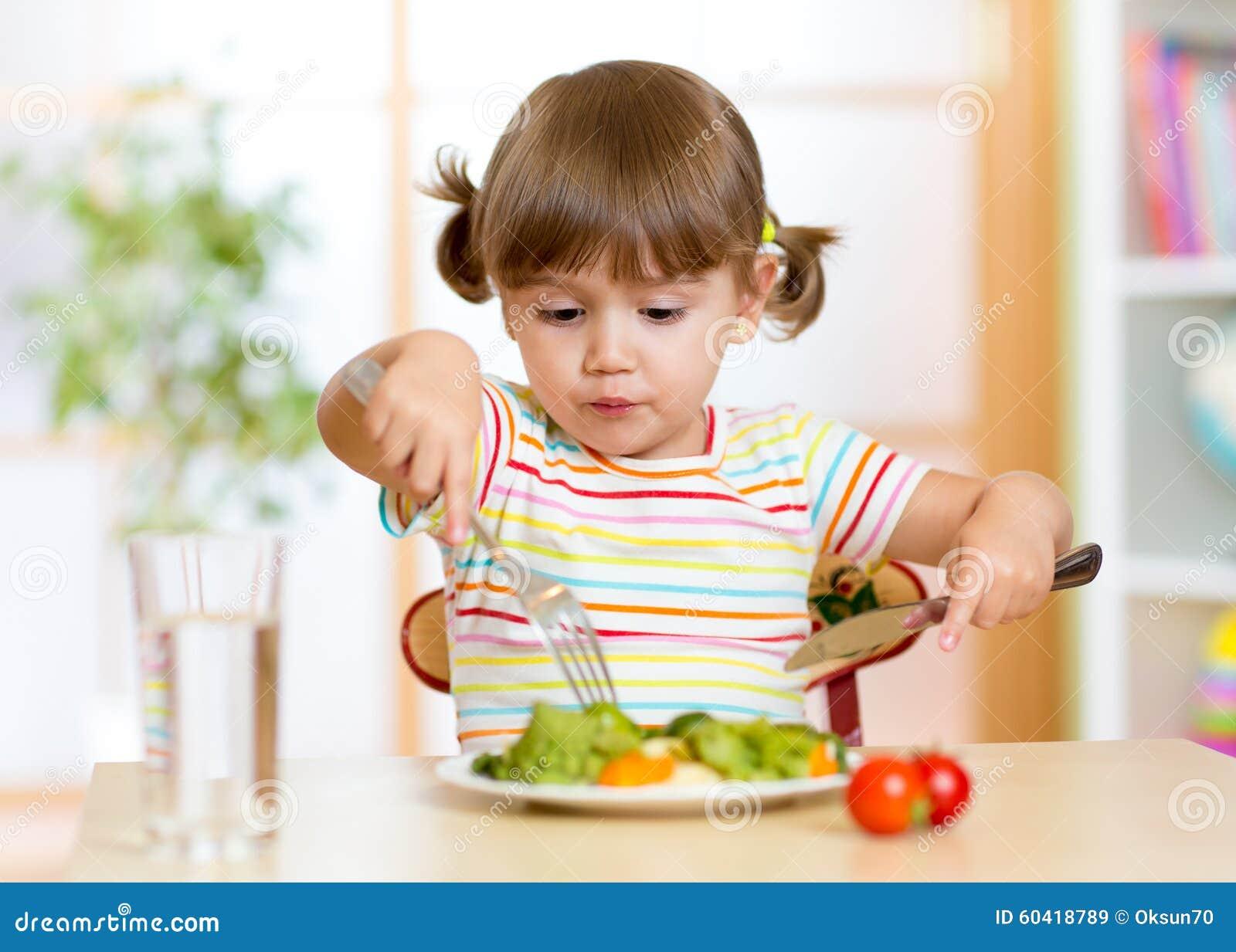 Kind, das zu Hause gesundes Lebensmittel oder Kindergarten isst
