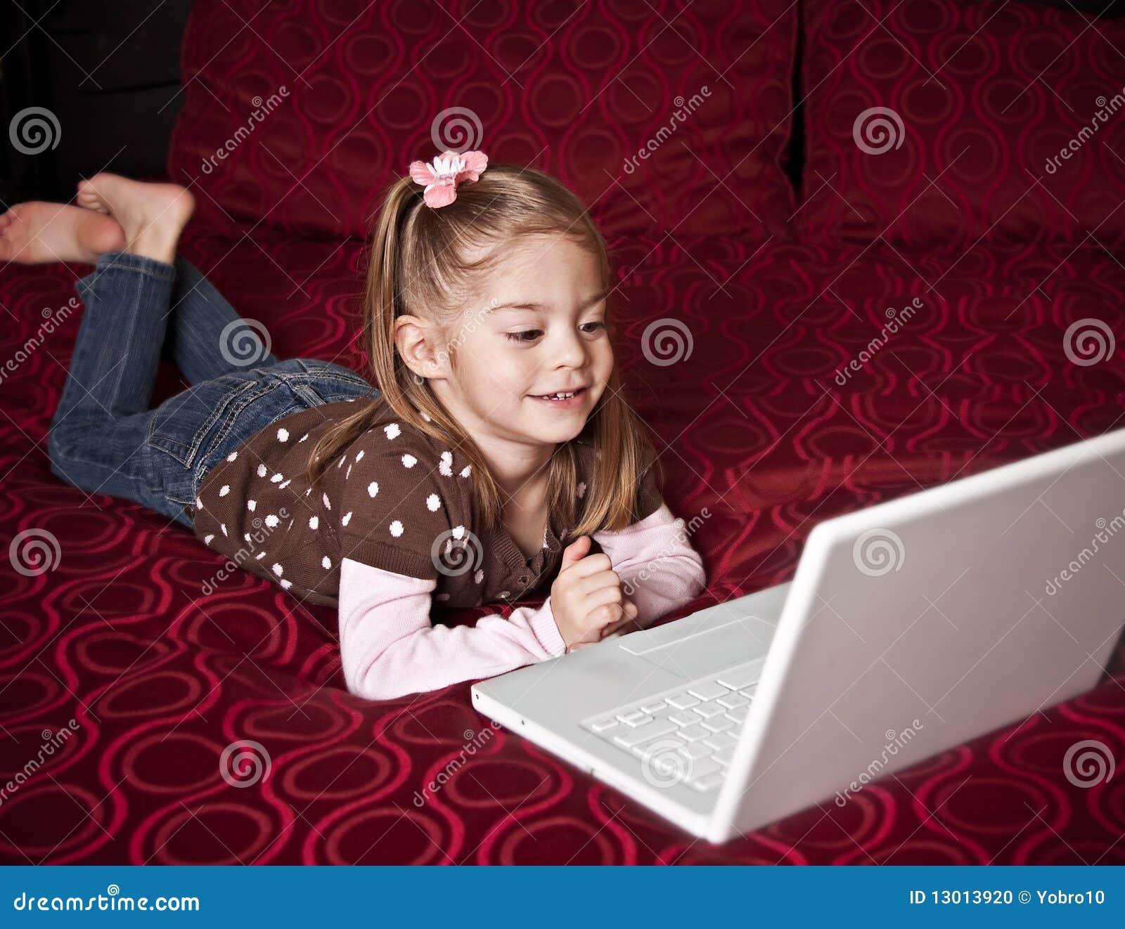 Kind dat een laptop computer met behulp van