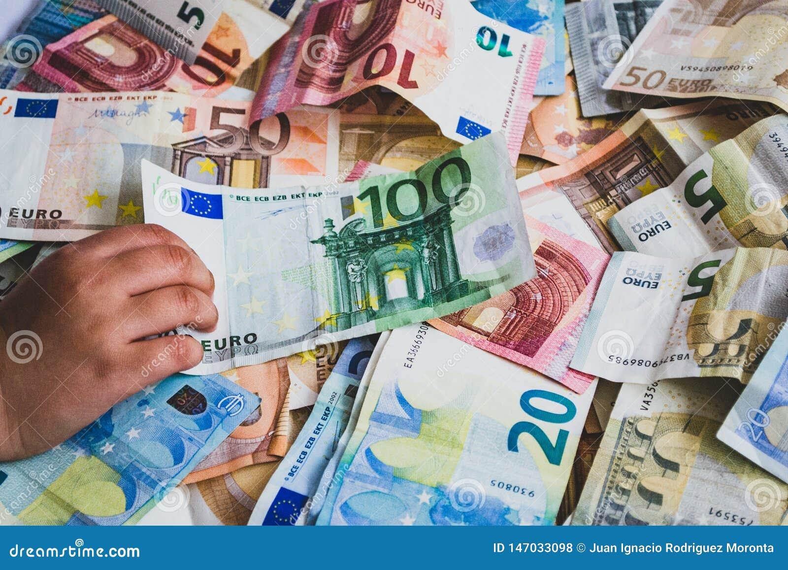 Kind dat euro bankbiljet honderd op meer euro bankbiljetten steelt