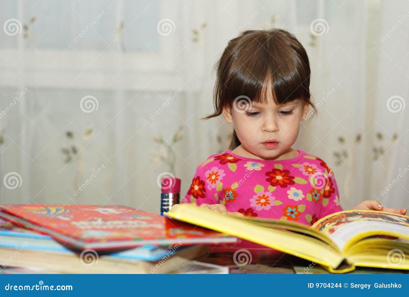Kind dat het boek leest stock foto afbeelding bestaande uit binnen 9704244 - Bereik kind boek ...