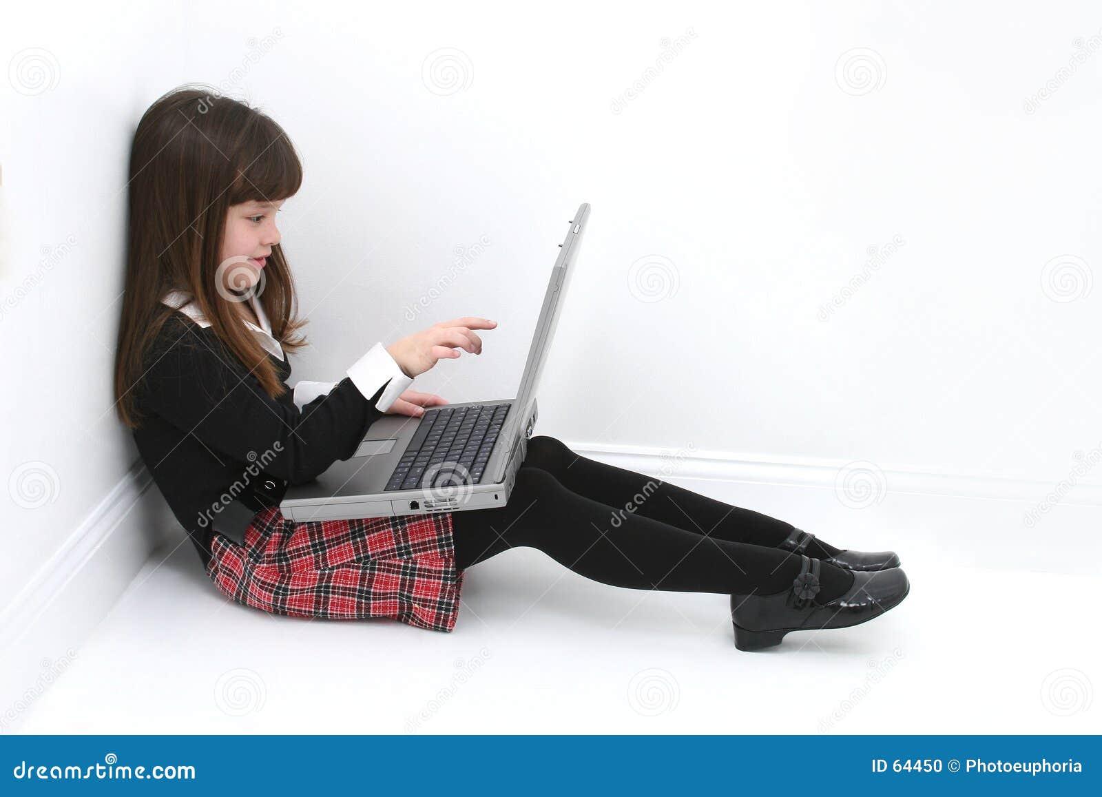 Kind dat Laptop met behulp van