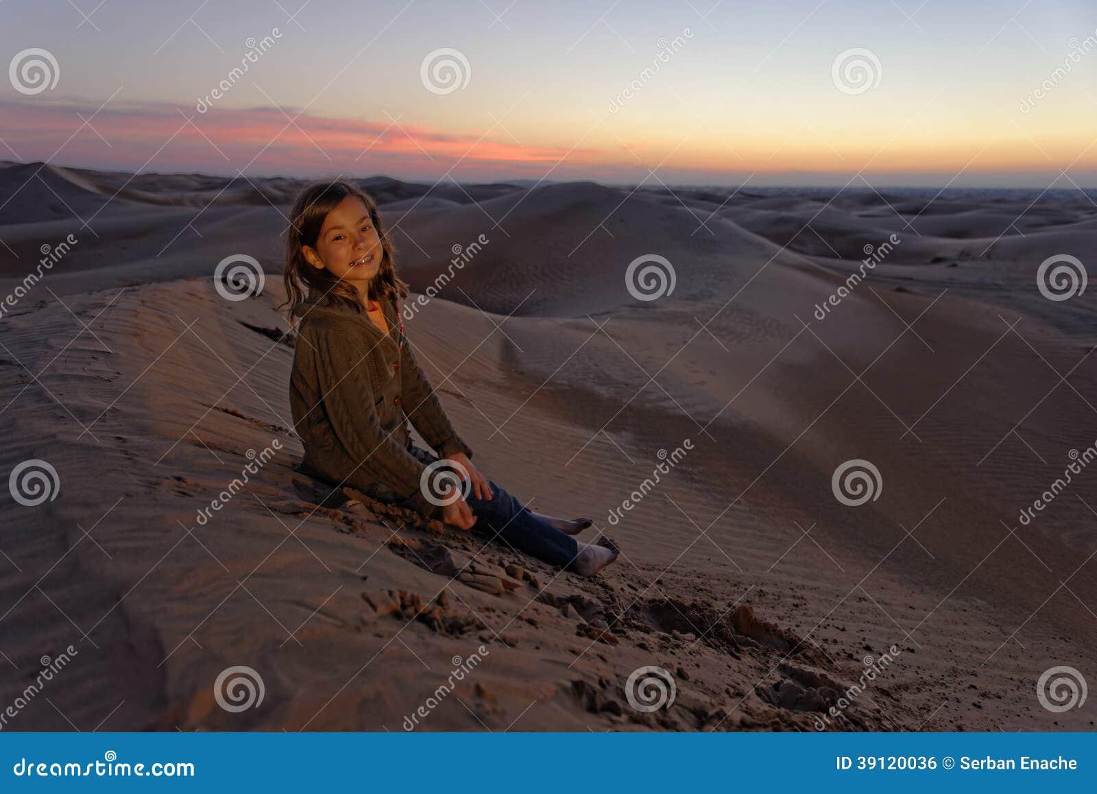 Kind in der Wüste bei Sonnenuntergang