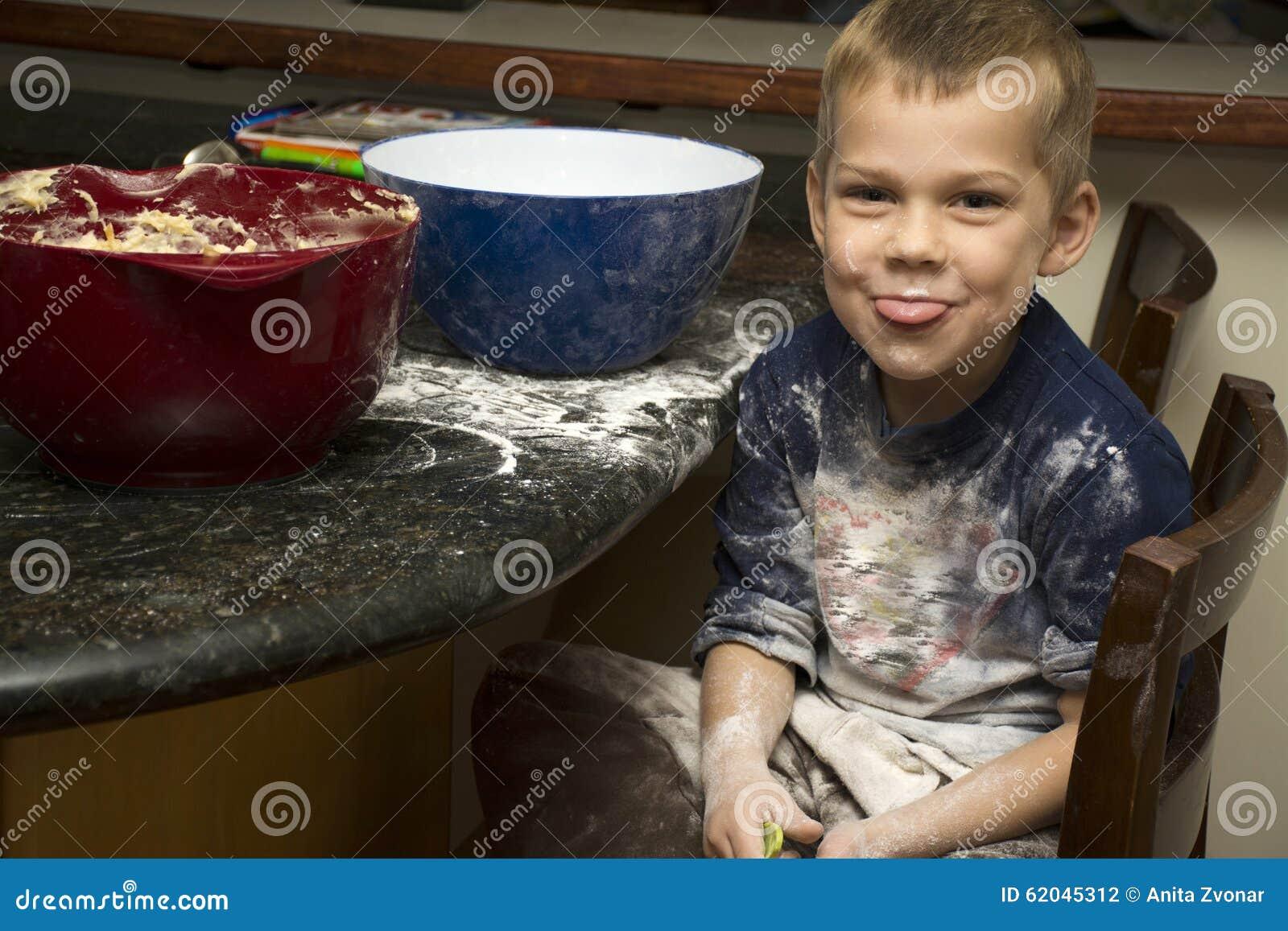 Kind die baksel met mamma maken knoeien