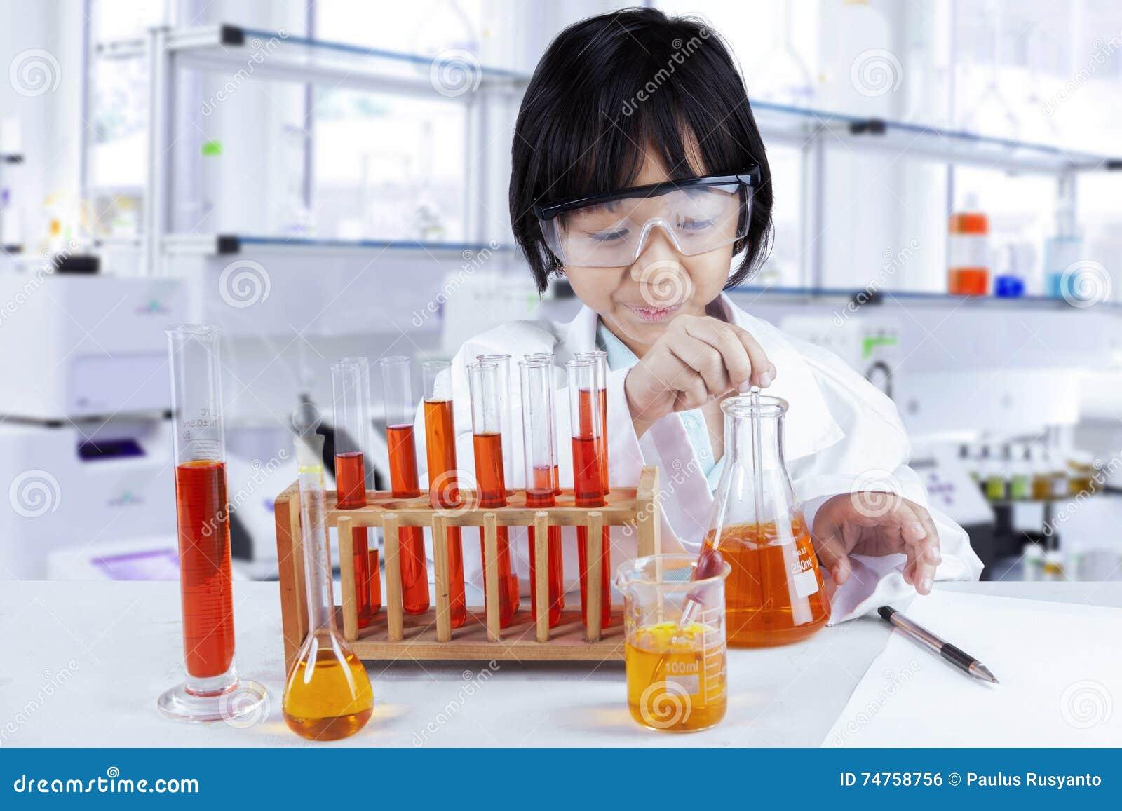 Kind die chemisch onderzoek naar laboratorium doen