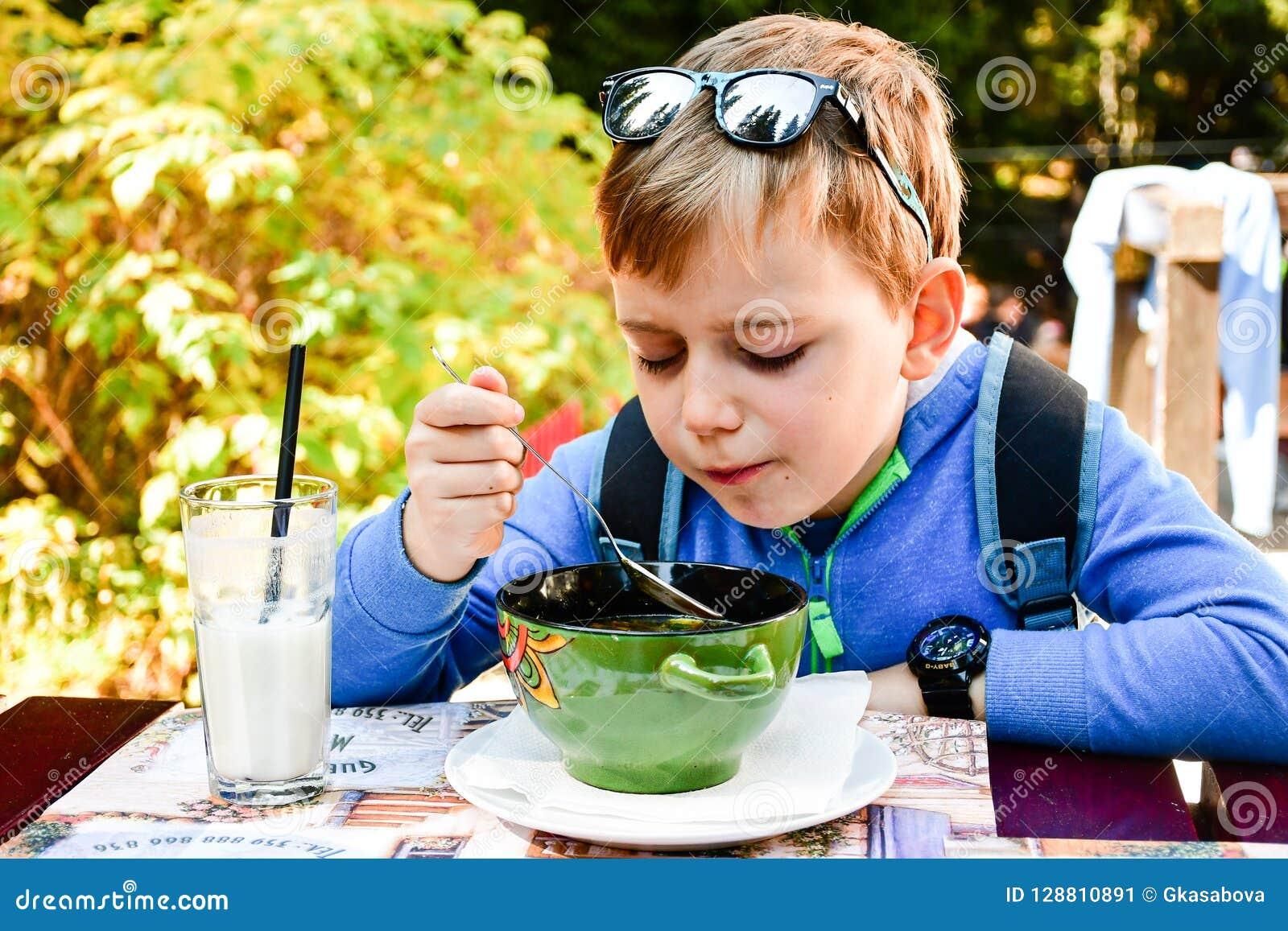 Kind die een soep eten