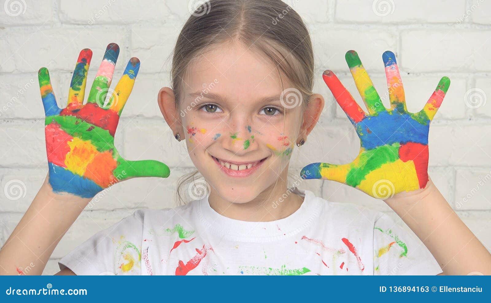 Kind die Geschilderde Handen spelen die het Gezicht School van het in camera, het Glimlachen Meisje, Jonge geitjes kijken
