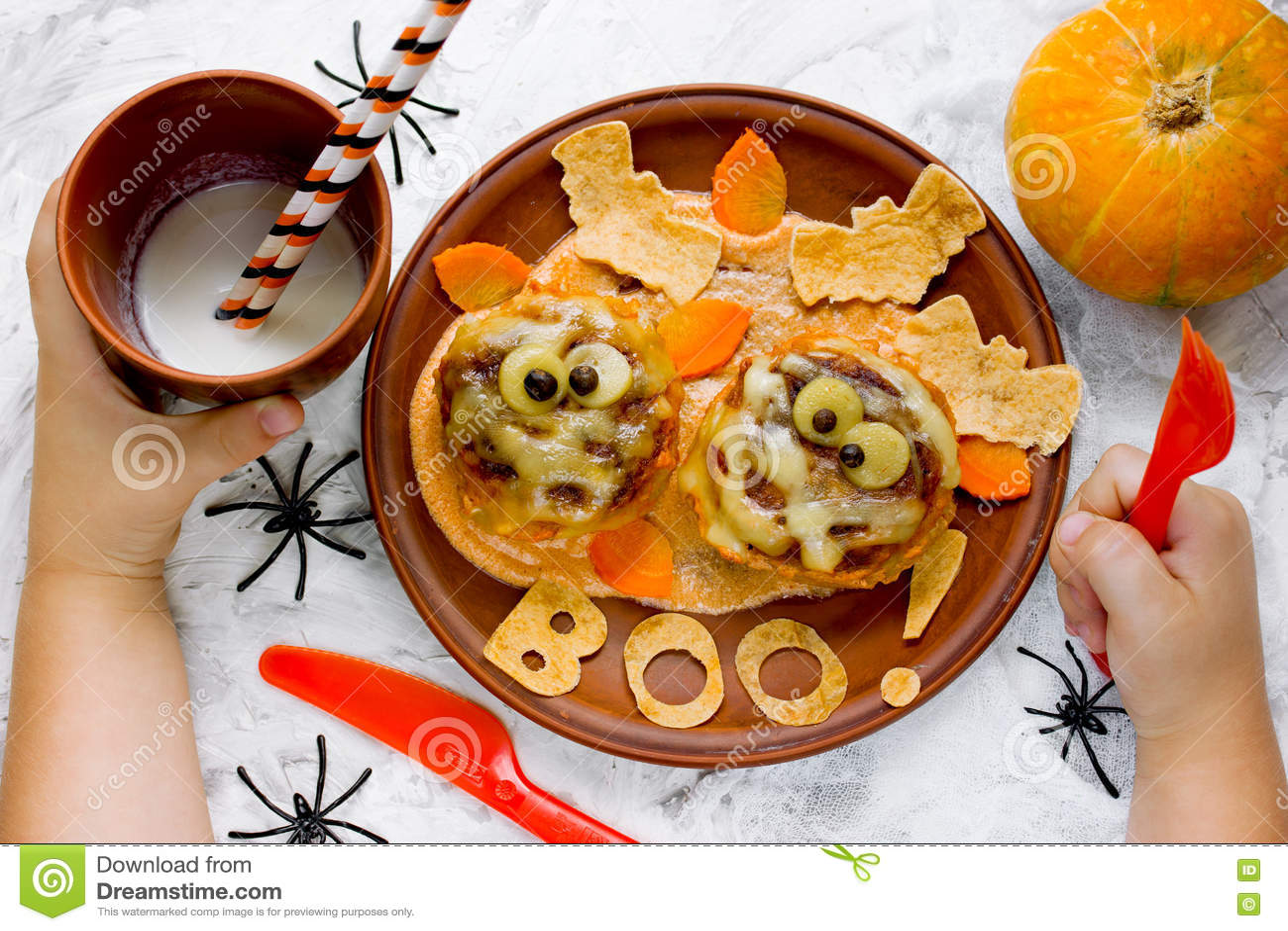 Uit Eten Met Halloween.Kind Die Grappige Halloween Dinerbrij Meatbolls Met Saus A