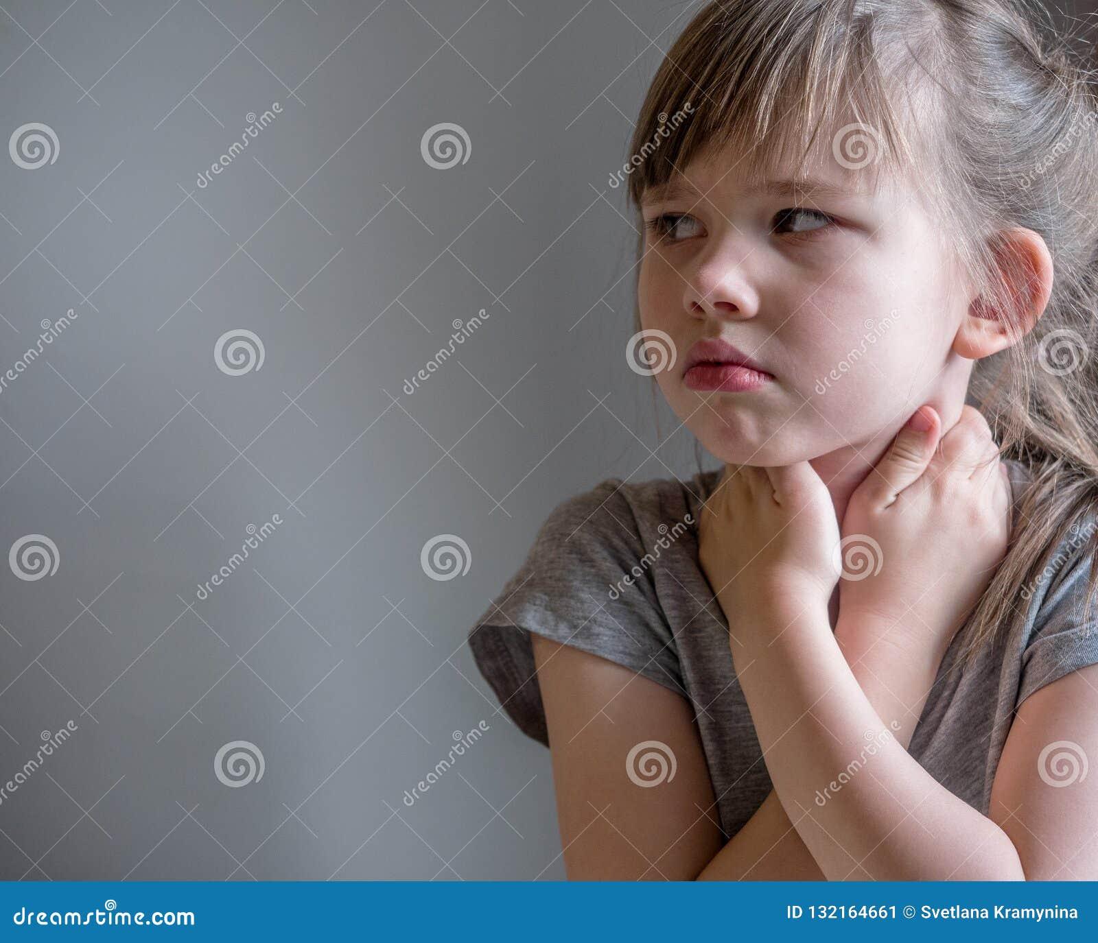 Kind die inhalatie met masker op zijn gezicht maken Het concept van astmaproblemen